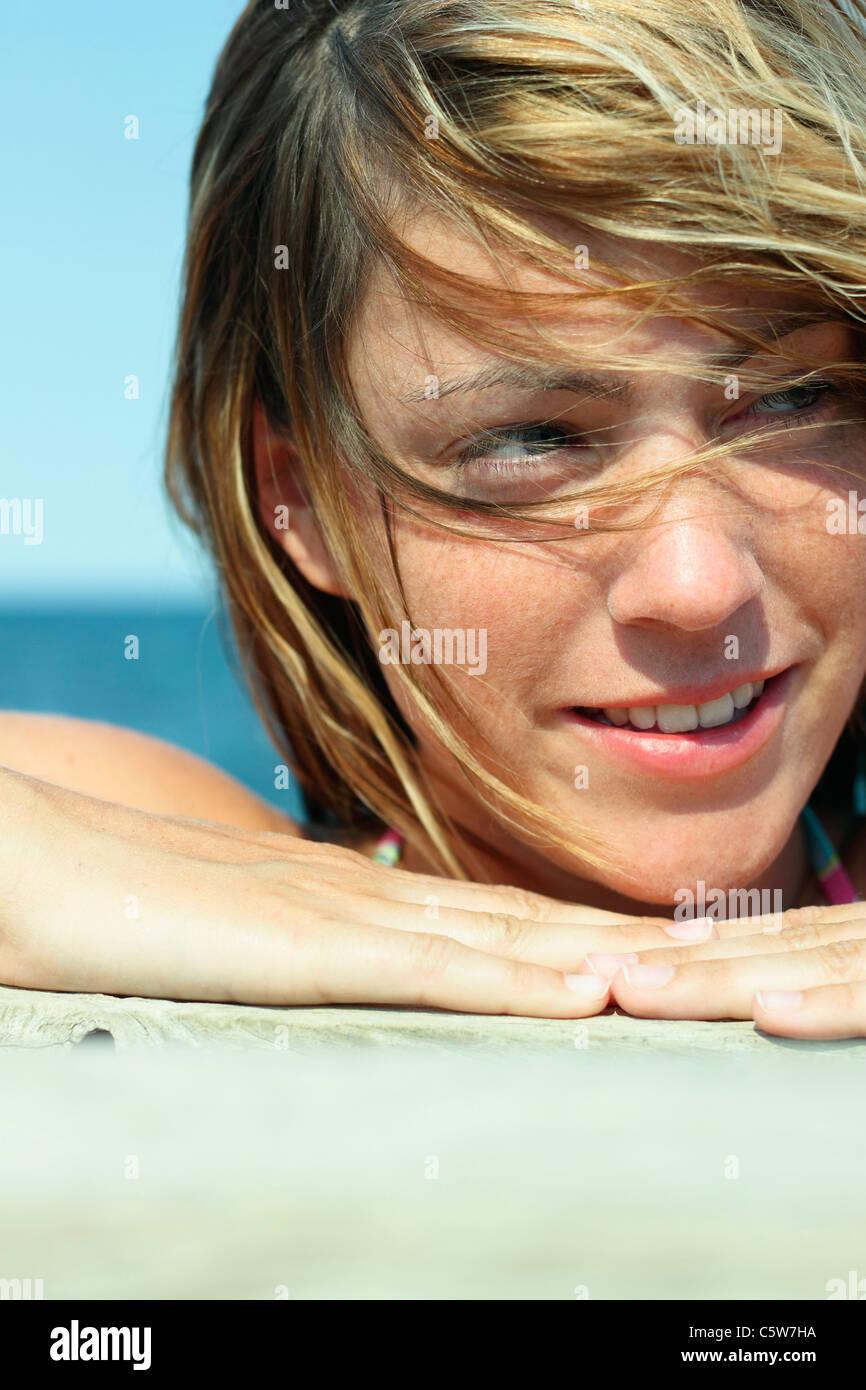 Italia, Cerdeña, joven sobre la playa, retrato, close-up Imagen De Stock