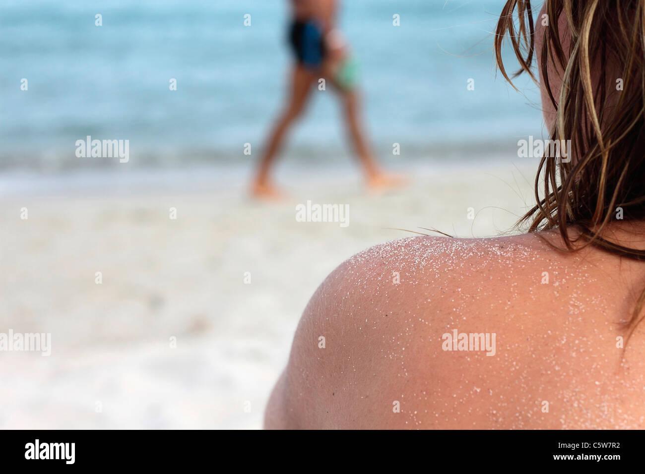 Italia, Cerdeña, personas en la playa de arena Imagen De Stock