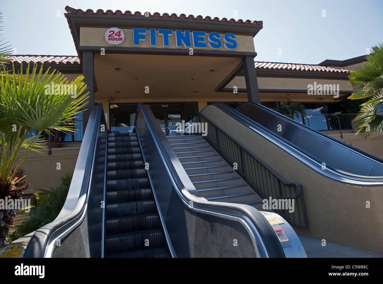 San Diego, California - Centro de fitness 24 horas con escaleras mecánicas. Imagen De Stock
