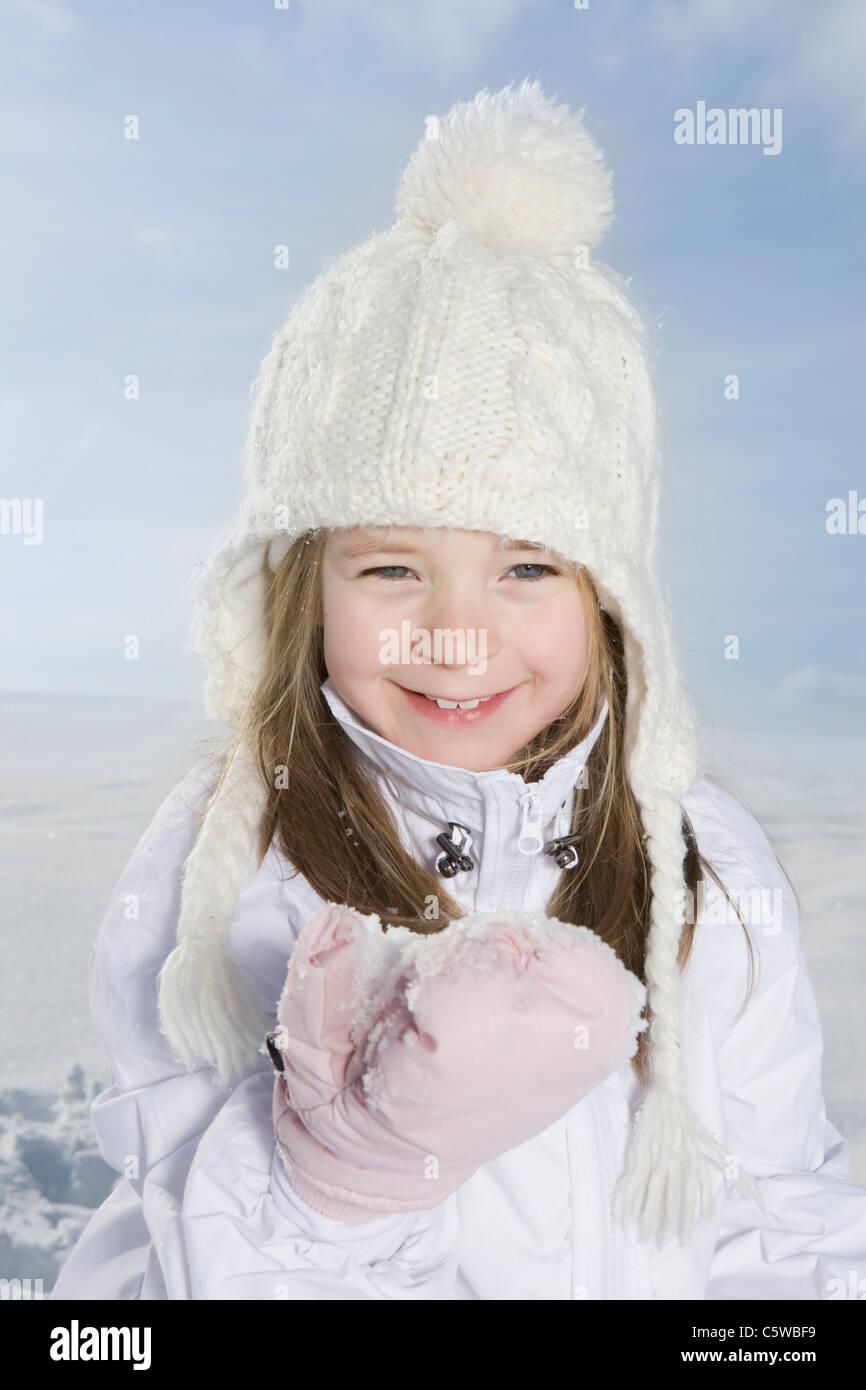 Alemania, Baviera, Munich, Chica (4-5) en un paisaje nevado, sonriente, retrato, close-up Imagen De Stock