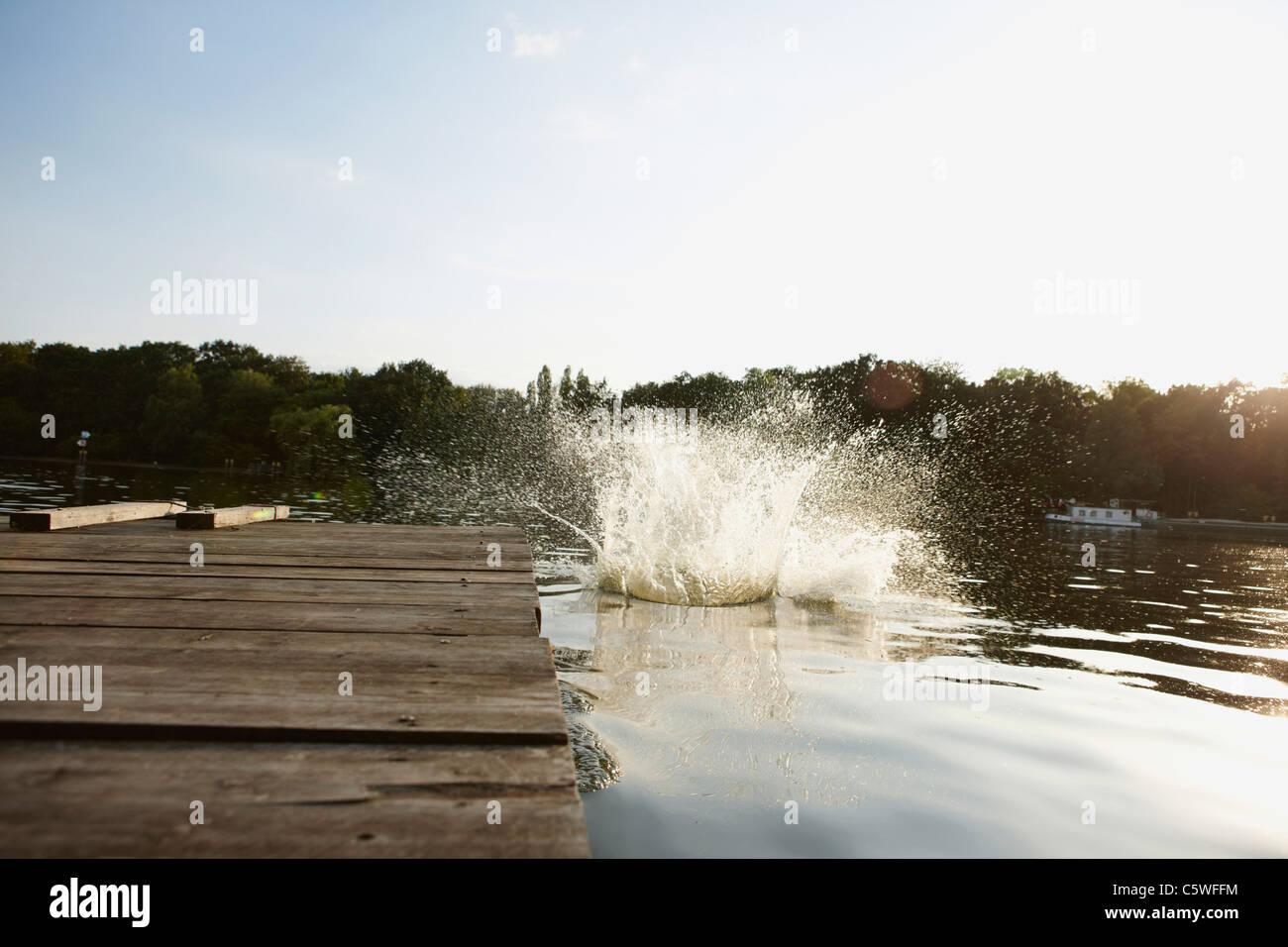 Alemania, Berlín, salpicaduras en el río Spree por embarcadero Imagen De Stock