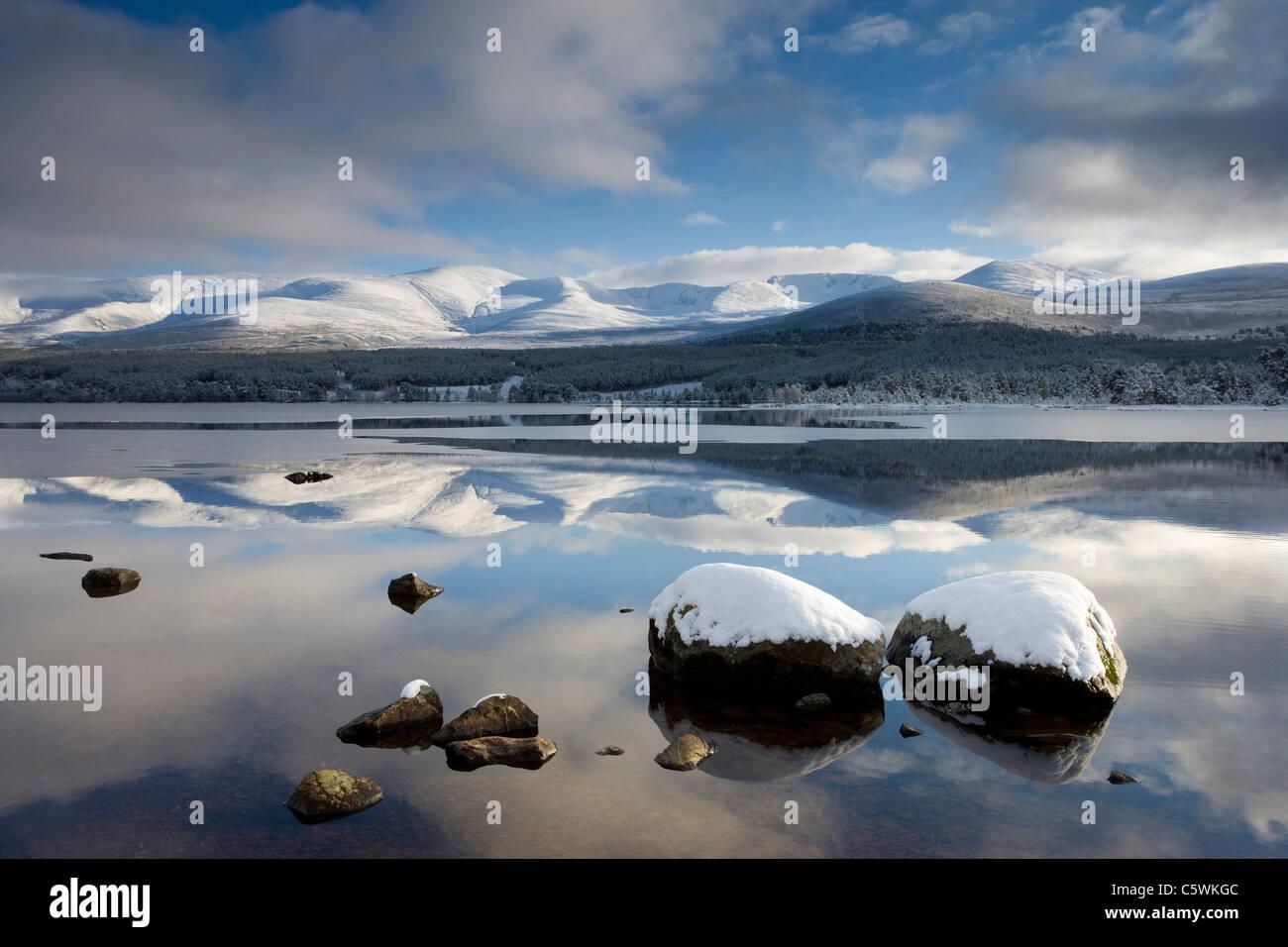 Loch Morlich y montañas Cairngorm en invierno, el Parque Nacional de Cairngorms, Escocia, Gran Bretaña. Foto de stock