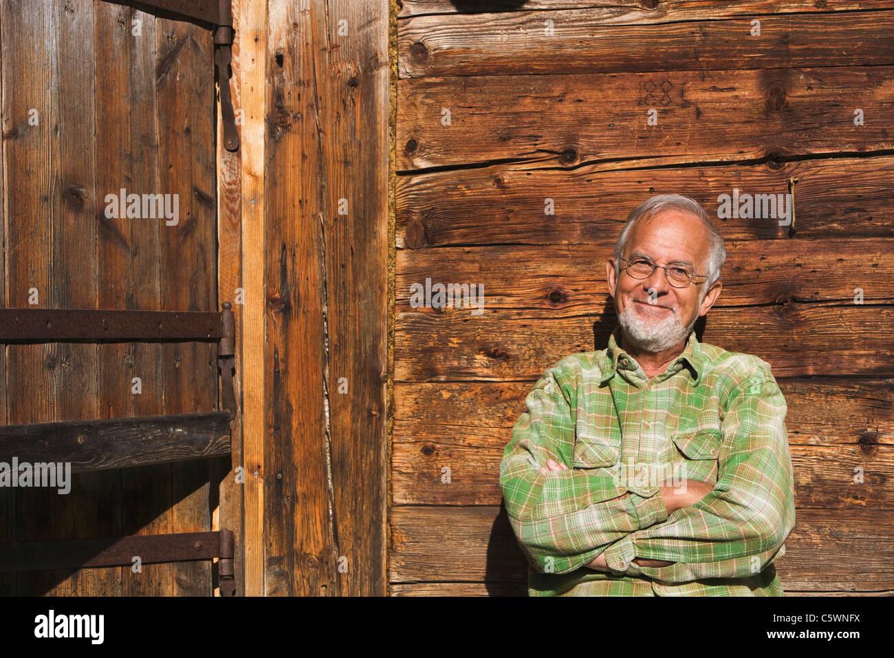 Austria, Senior hombre, brazos cruzados, sonriendo, Retrato Imagen De Stock