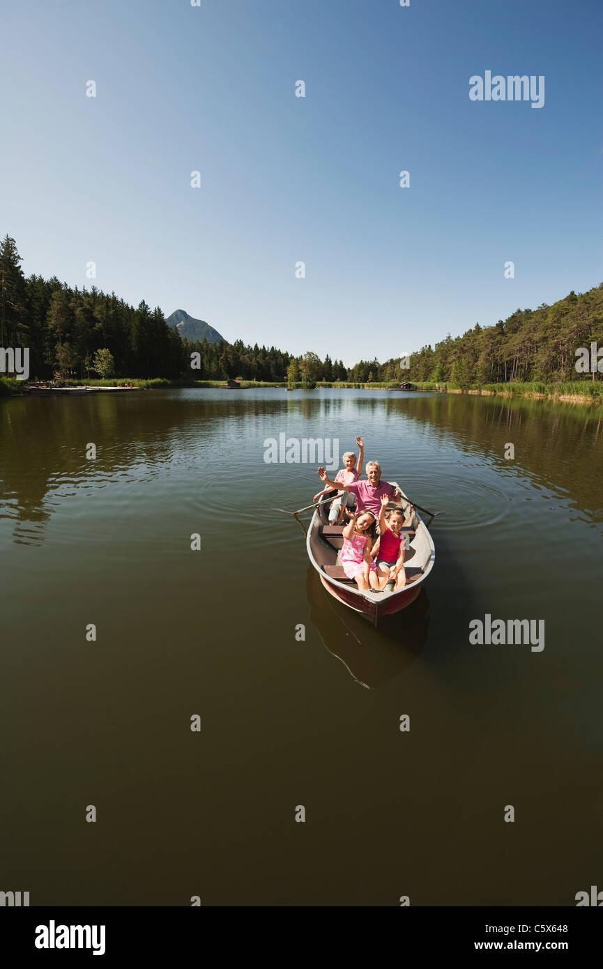 Italia, el Tirol del Sur, abuelos y niños (6-7) y (8-9) en bote a remo en el lago, Retrato Imagen De Stock