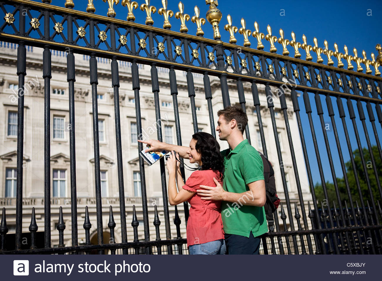Una joven pareja de tomar una fotografía del Palacio de Buckingham Imagen De Stock