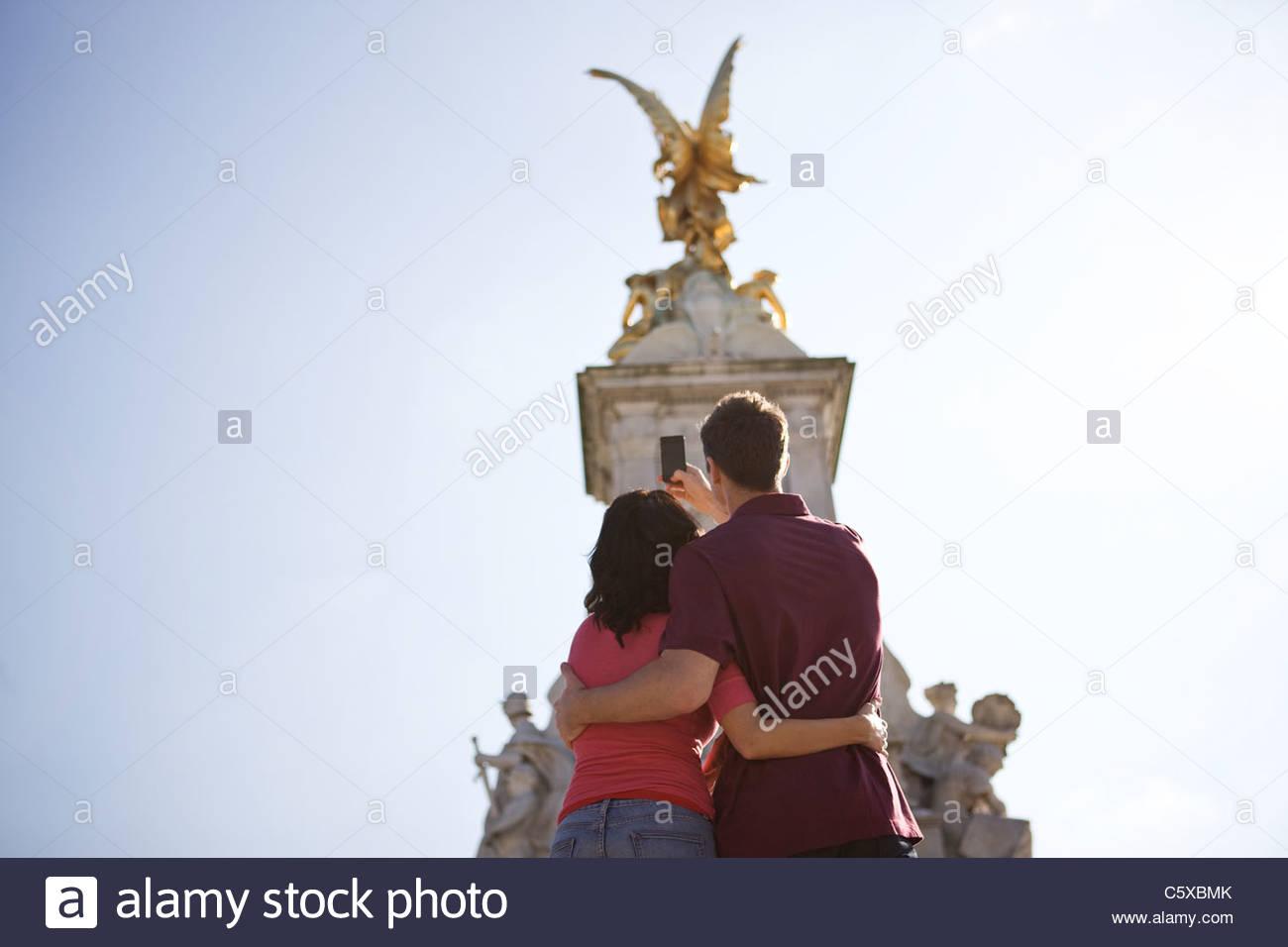 Una joven pareja de tomar una fotografía de la Victoria Memorial Imagen De Stock