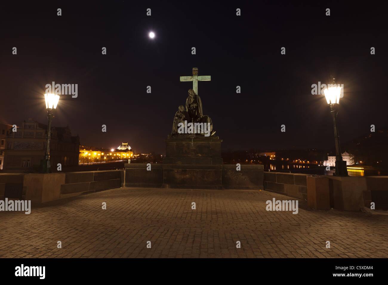 Praga de noche, el Monumento a Charles Bridge Imagen De Stock