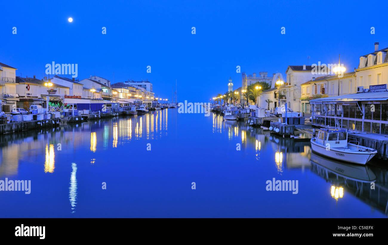 El puerto de Le-Grau-du-Roi en penumbra Foto de stock