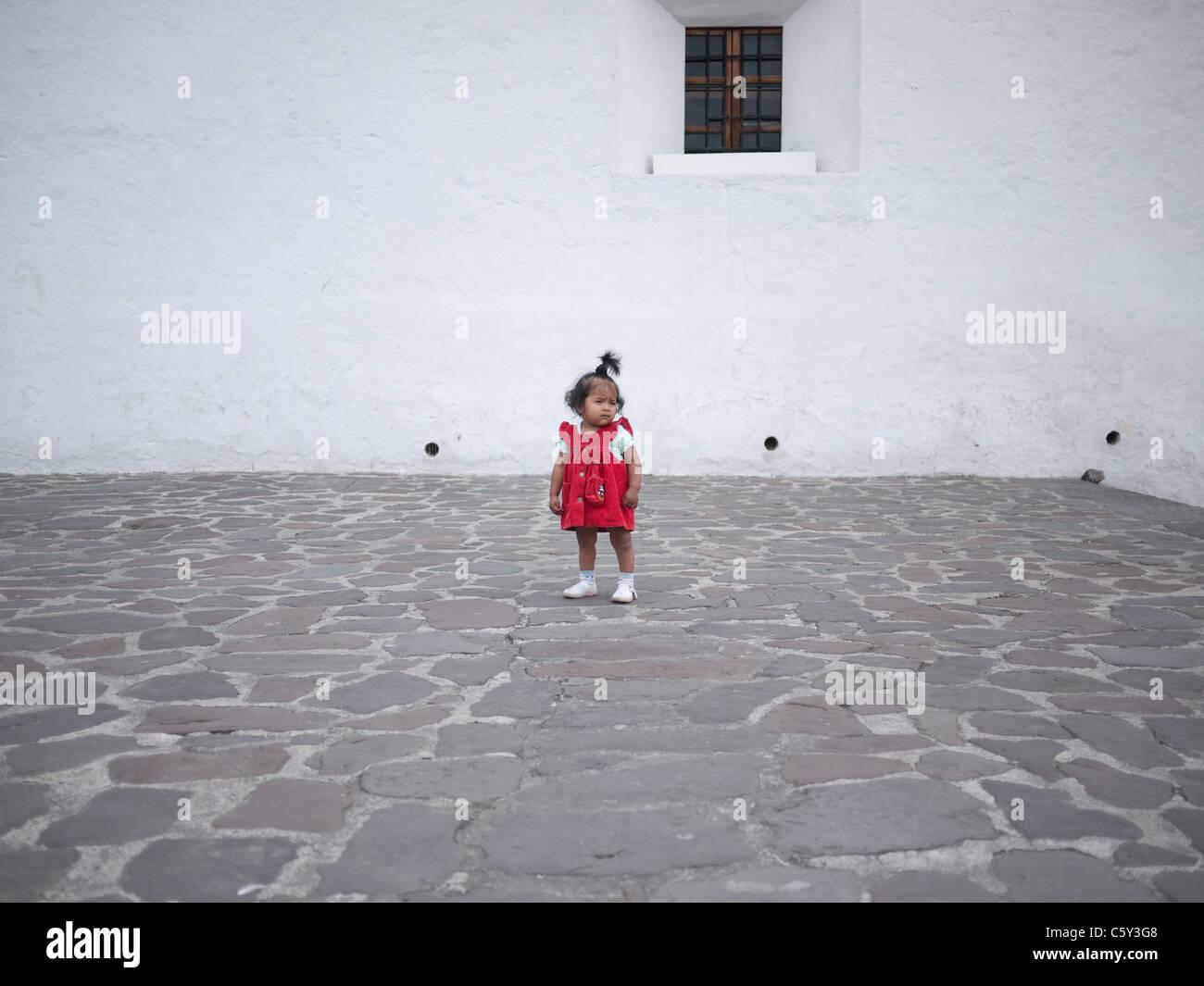 Chica hispana en el vestido rojo. Imagen De Stock