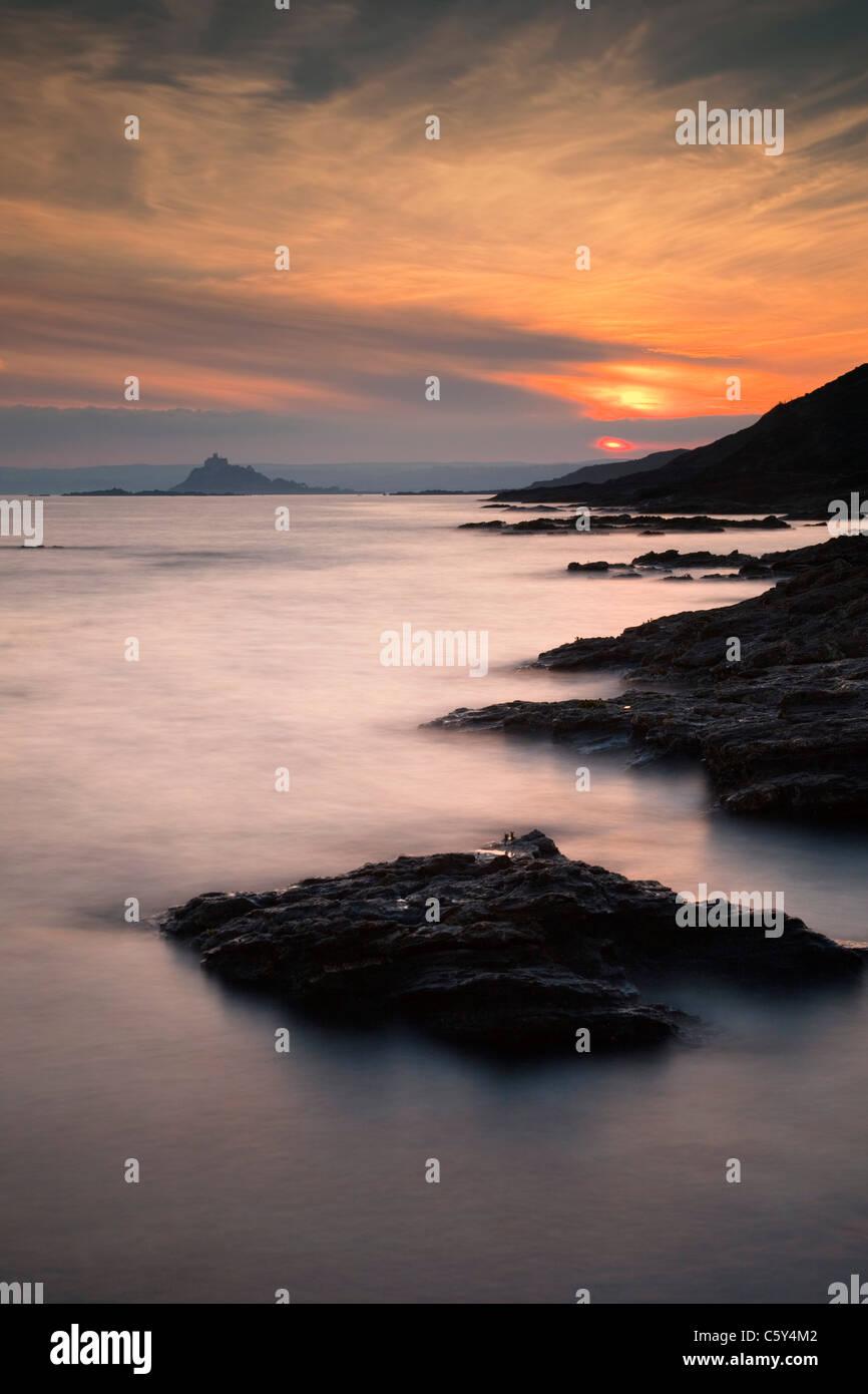 St Michael's Mount desde Stackhouse Cove; Cornwall; sunset Imagen De Stock