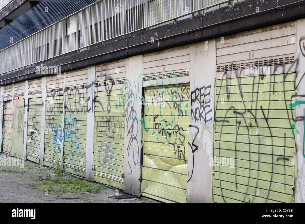 Graffiti en un bloque de apartamentos abandonados Imagen De Stock