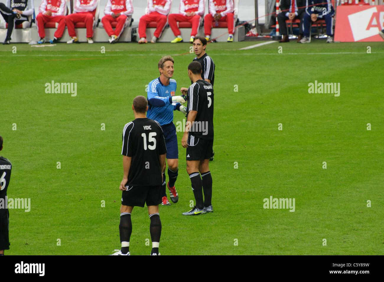 Edwin van der Sar Rio Ferdinand saludo de despedida antes de su partido con sus jugadores favoritos, como Nemanja Imagen De Stock