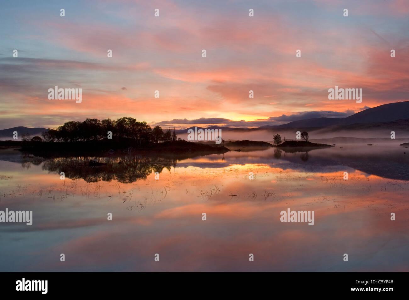 Al amanecer, Ba Loch Rannoch Moor, Escocia, Gran Bretaña. Foto de stock