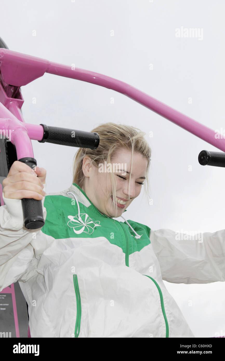 Mujer con máquina de ejercicio al aire libre Foto de stock