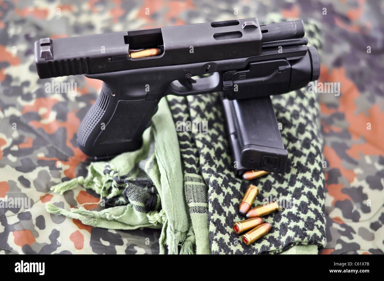 9mm Con Un Arma Militar Táctico Módulo Láser Luz En El