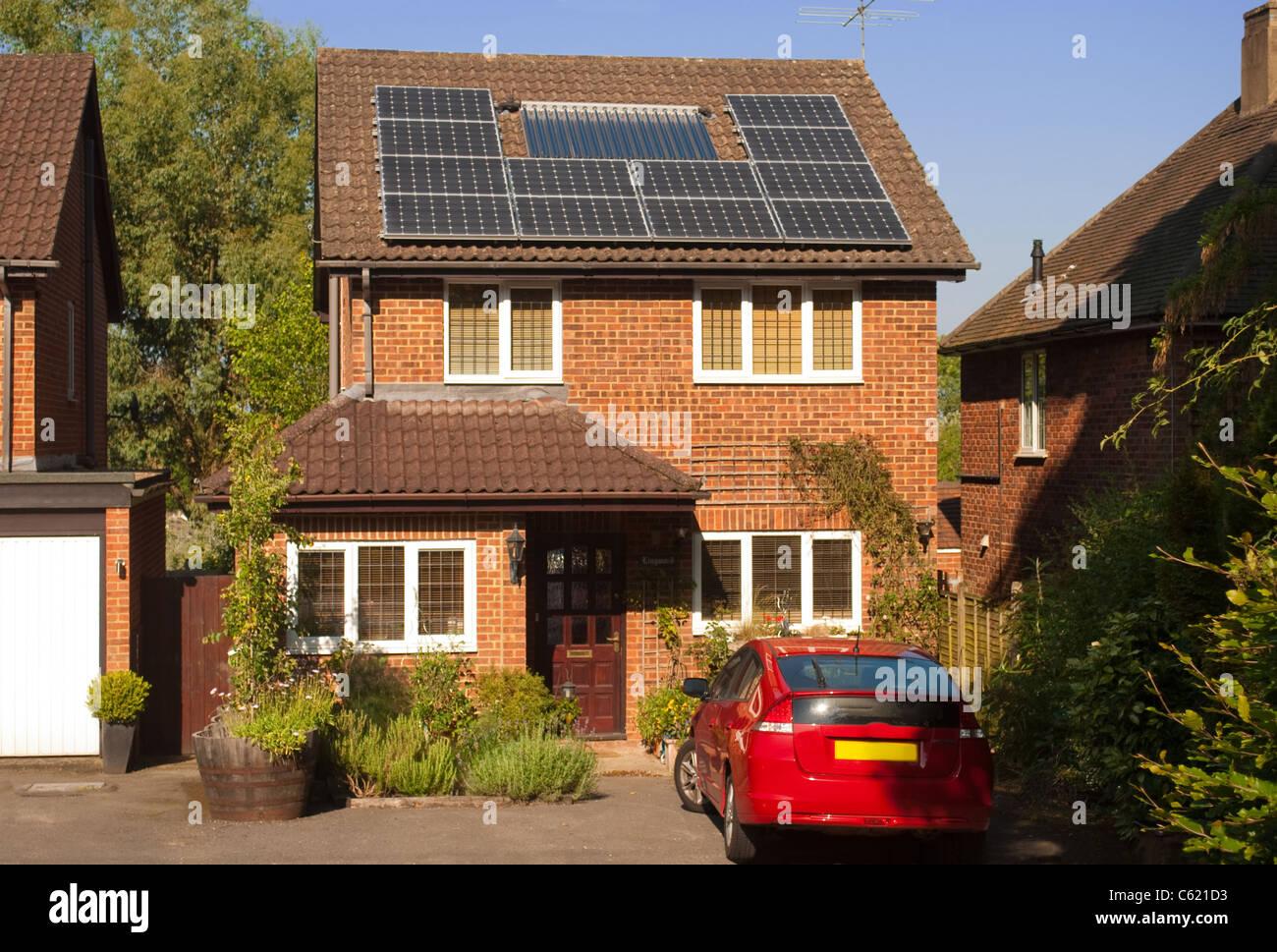 Paneles solares en el techo de la casa con sistema de energía regenerativa. Imagen De Stock