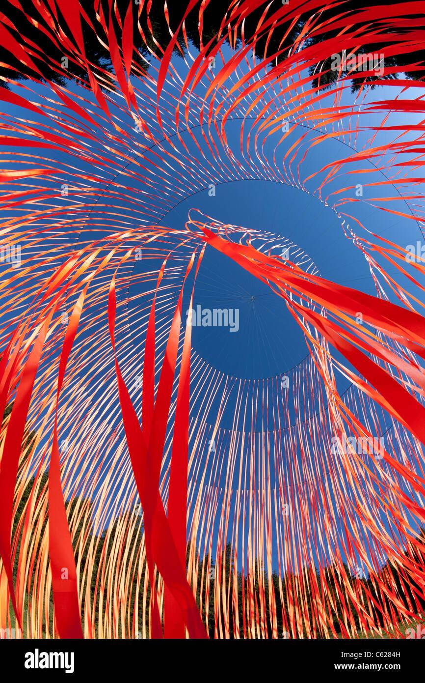 """El Pier Fabre's Land Art obra llamada """"El despertar"""". Suspendido gigante escultura móvil con cintas de color naranja. Foto de stock"""
