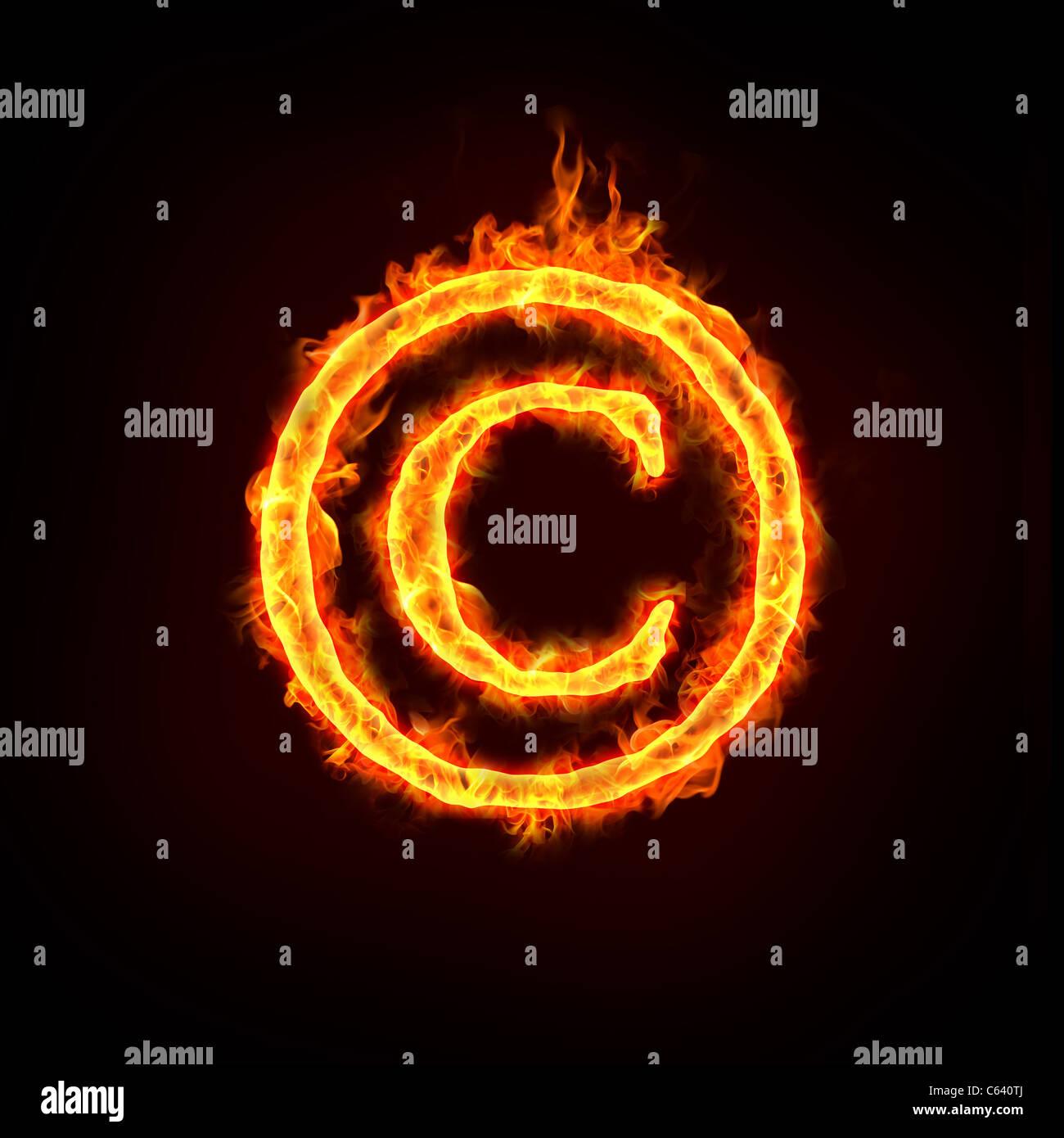 Un aviso de copyright ardiendo con llamas, signo de conceptos. Foto de stock