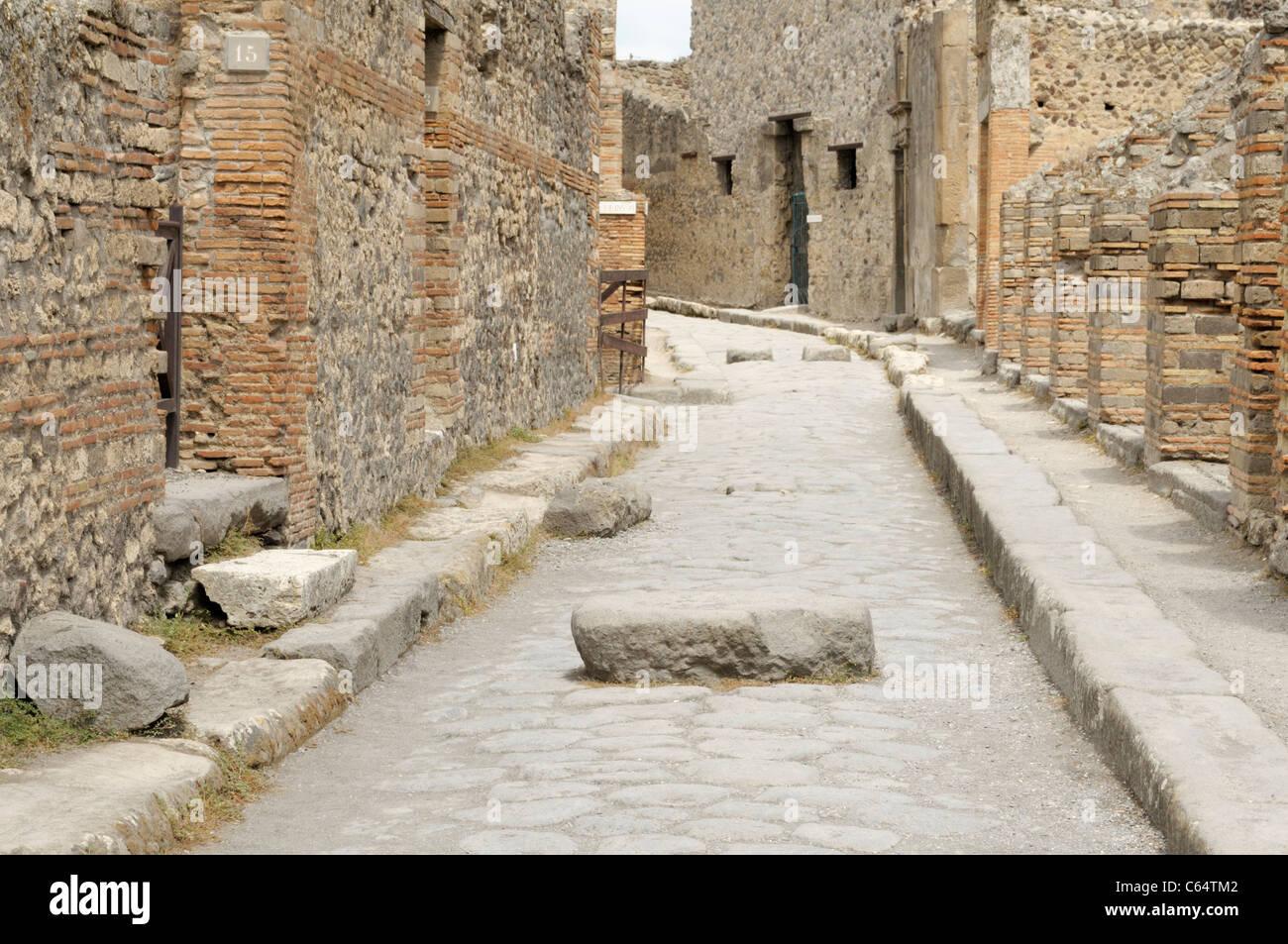 Antigua calle de Pompeya, con el bloque para cruza Imagen De Stock