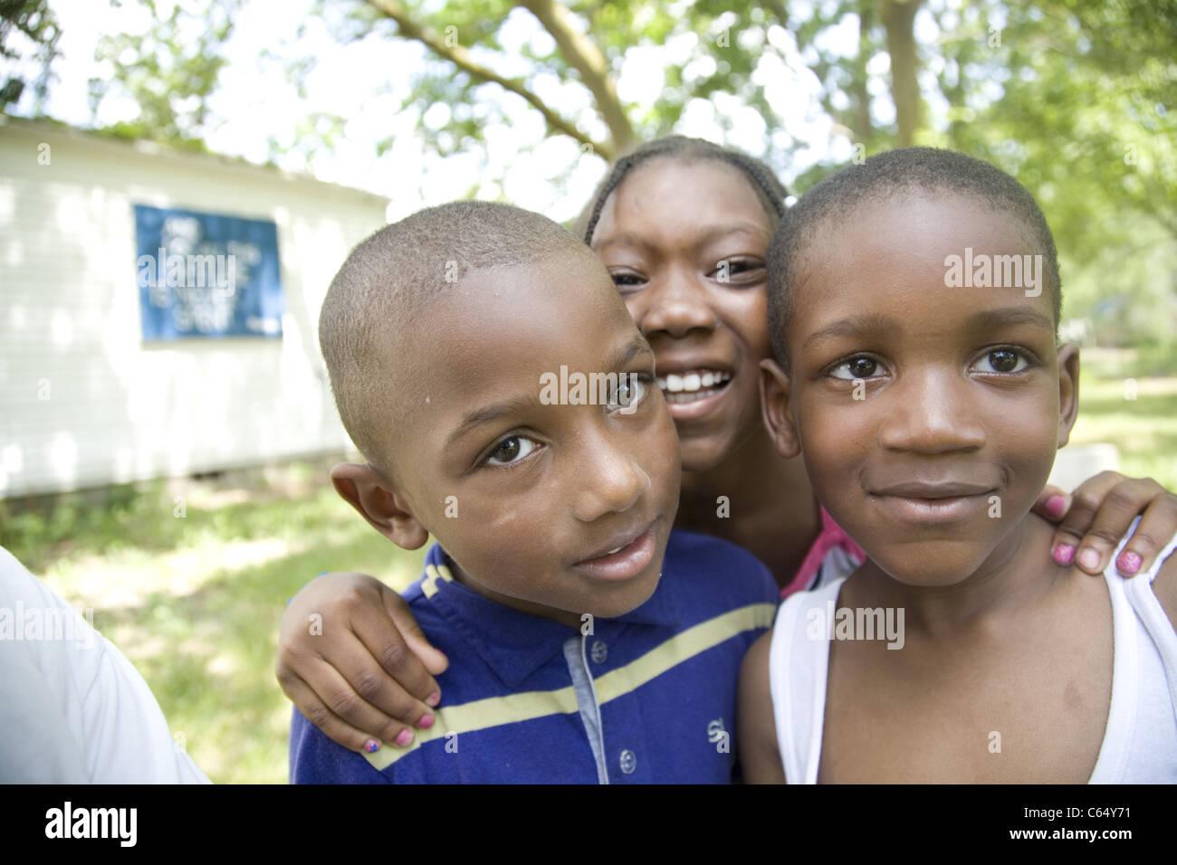 Retratos de niños africano-americanos en los pobres, arruinada Brightmoor barrio de Detroit, MI. Imagen De Stock