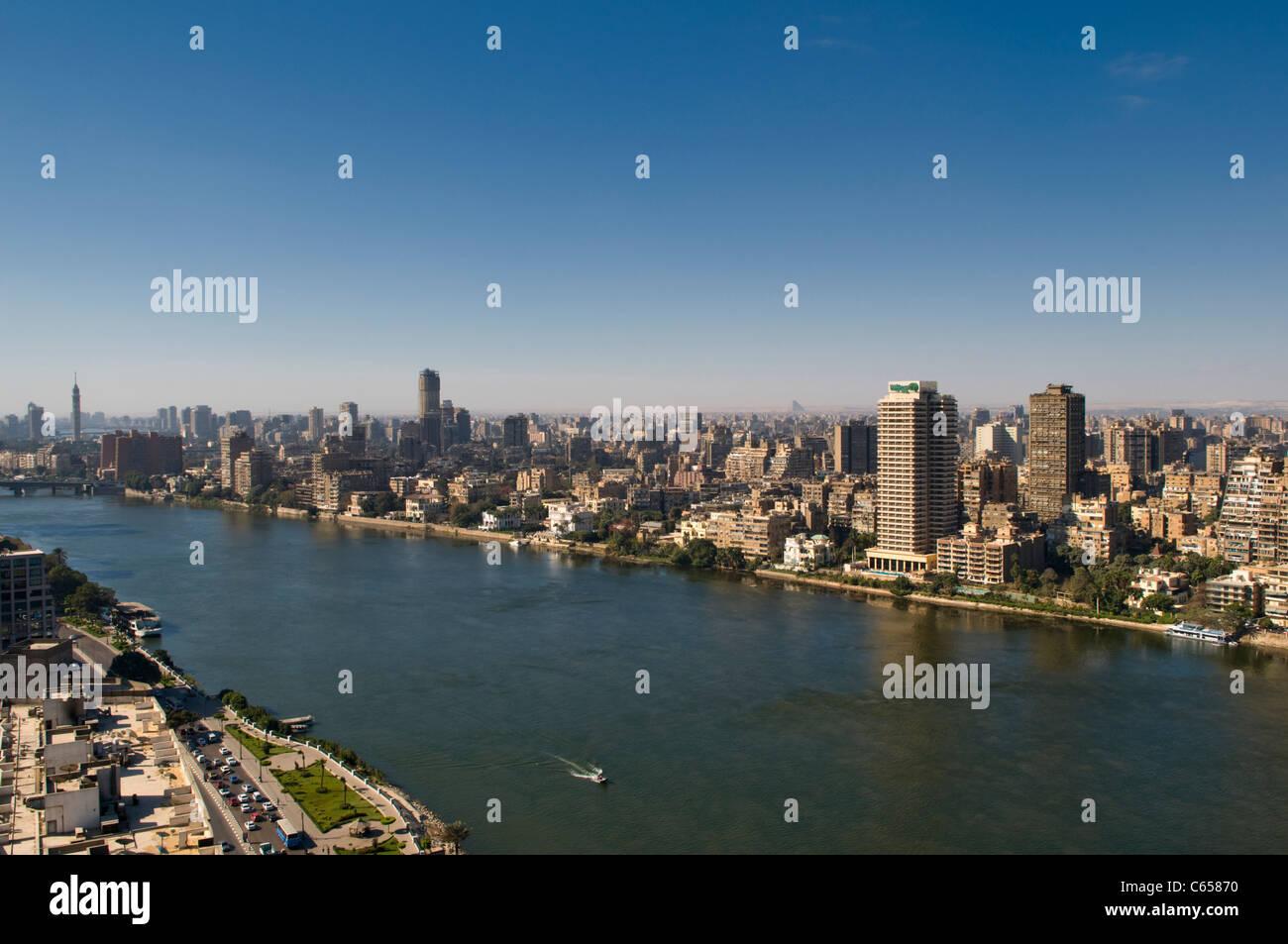 Río Nilo y la ciudad de El Cairo Egipto Imagen De Stock