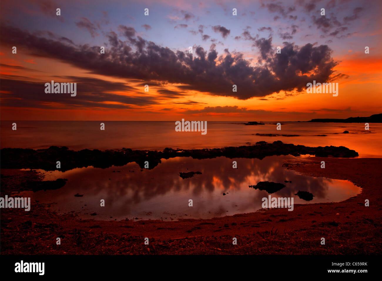 Puesta de sol en el mar Jónico, en la playa, cerca de Castillo Pantokratoras, Preveza, Epiro, Grecia Imagen De Stock