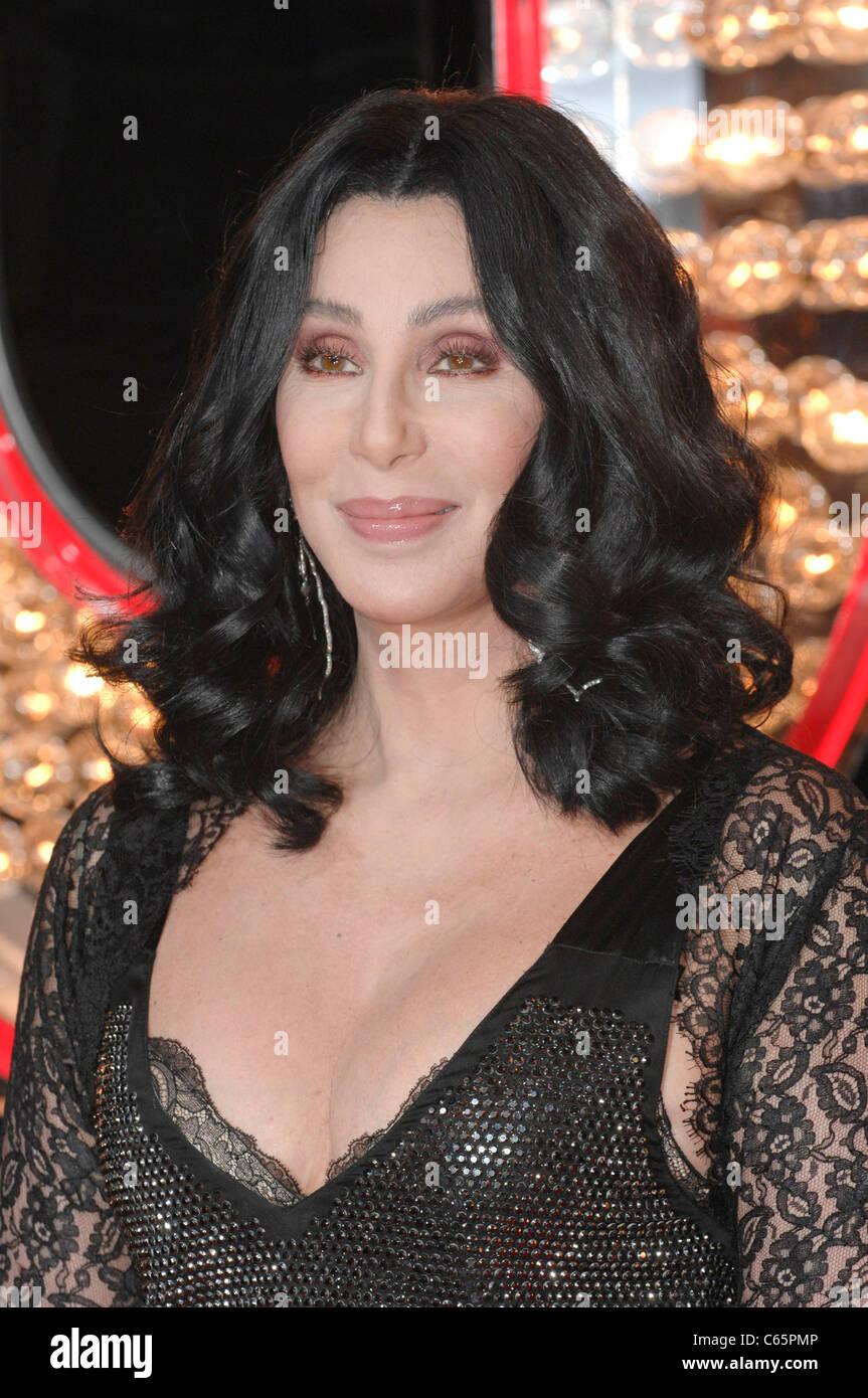 Cher en la terminal de llegadas de burlesque estreno, Grauman's Chinese Theatre, Los Angeles, CA 15 de noviembre Imagen De Stock