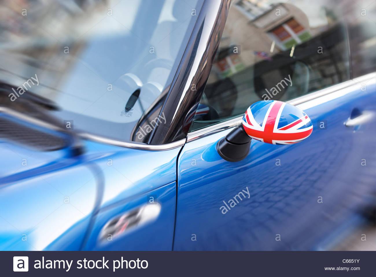 El patriotismo británico muestra en coche espejo Imagen De Stock