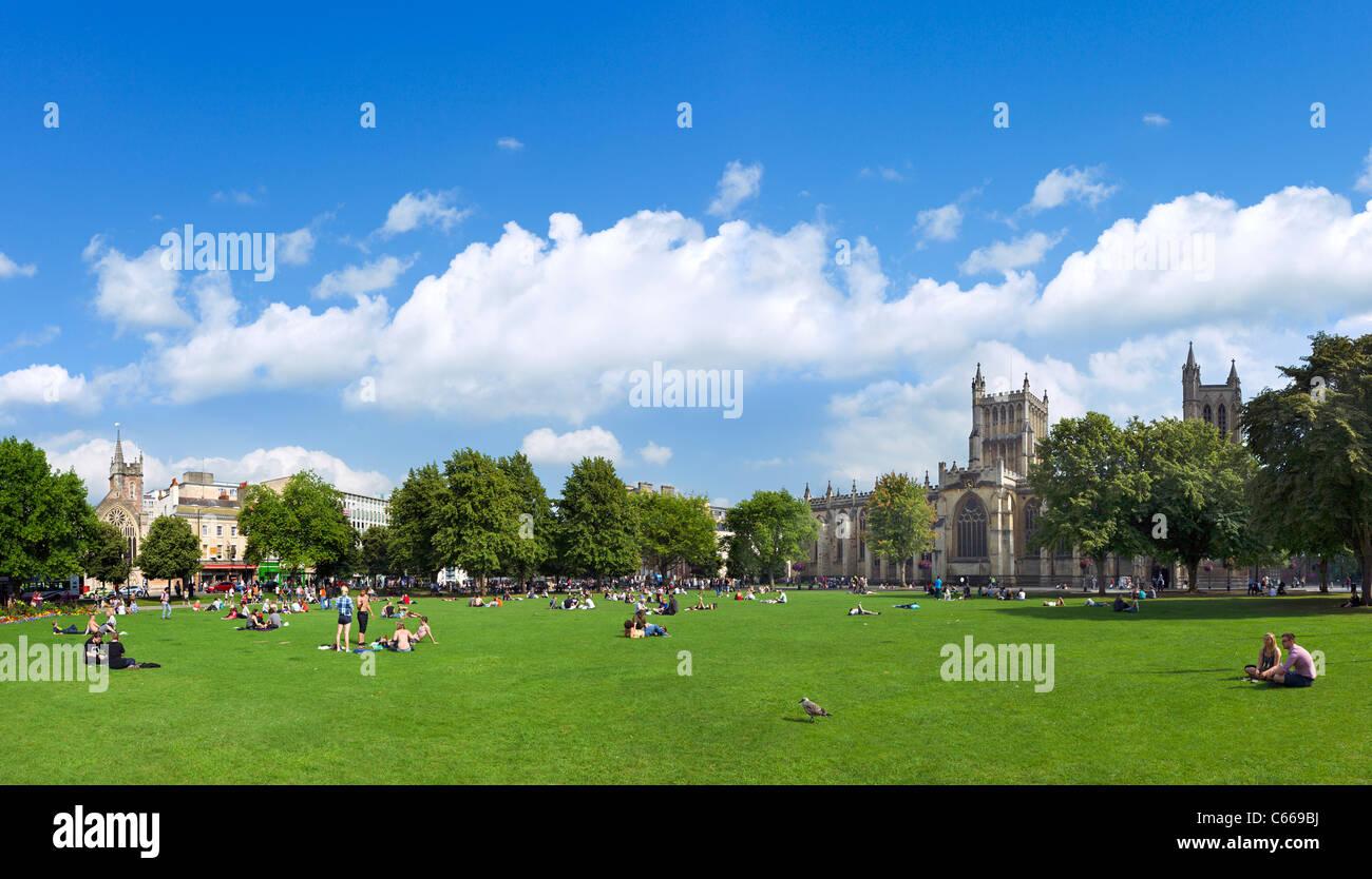 College Green enfrente de la Catedral, en el centro de la ciudad, Bristol, Avon, RU Foto de stock