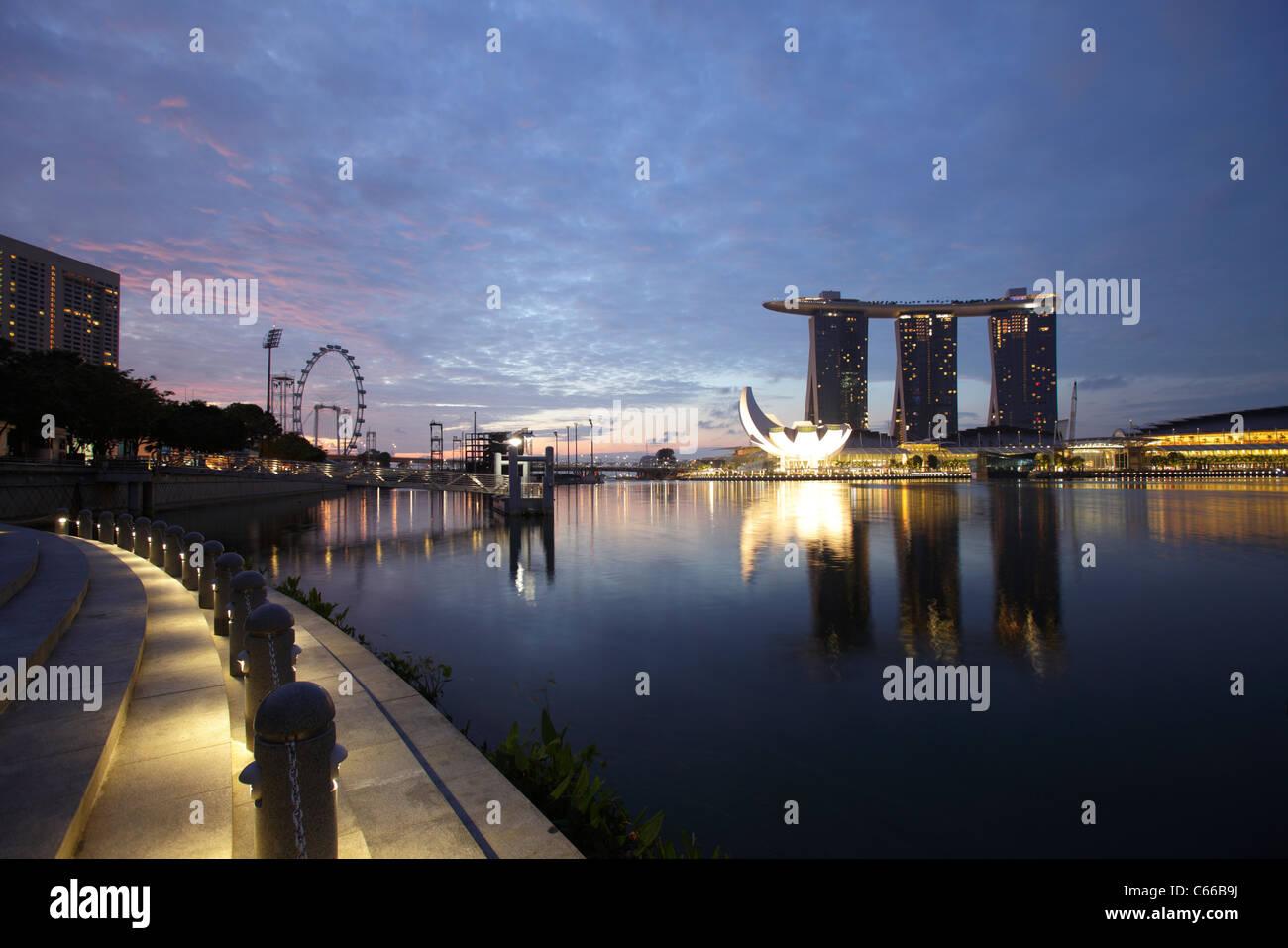 Vista de la bahía y la Marina Bay Sand Hotel, Singapur Imagen De Stock