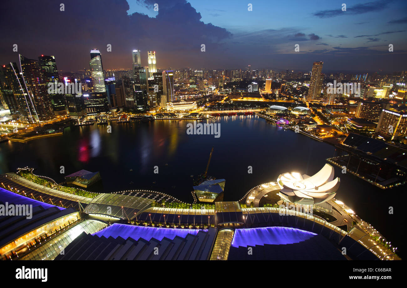 Vista de la bahía desde la bahía Marina Bay Sand Hotel, Singapur Imagen De Stock