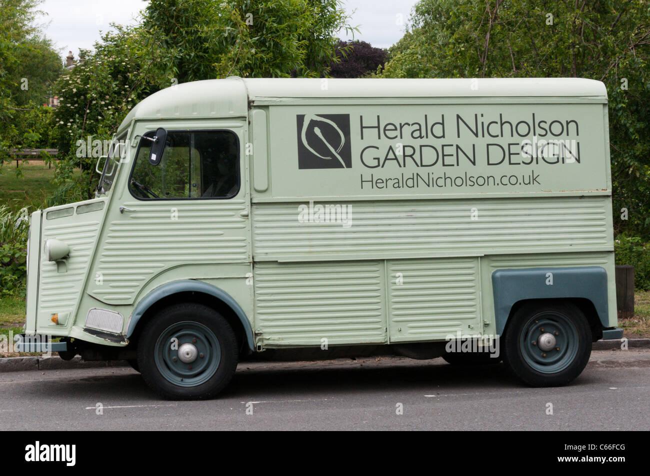 Un Citroën Tipo H Van usada por el diseño de jardines asociación Herald Nicholson, estacionado en el sur de Londres. Foto de stock