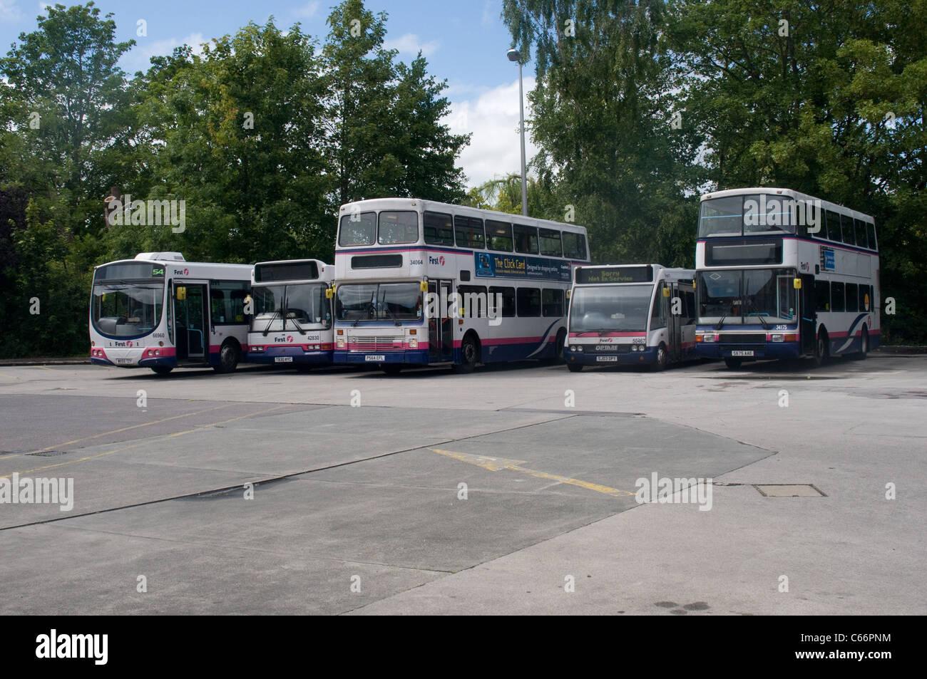 Una selección de single y doble los autobuses operados por Primer grupo esperar para entrar en servicio en Imagen De Stock