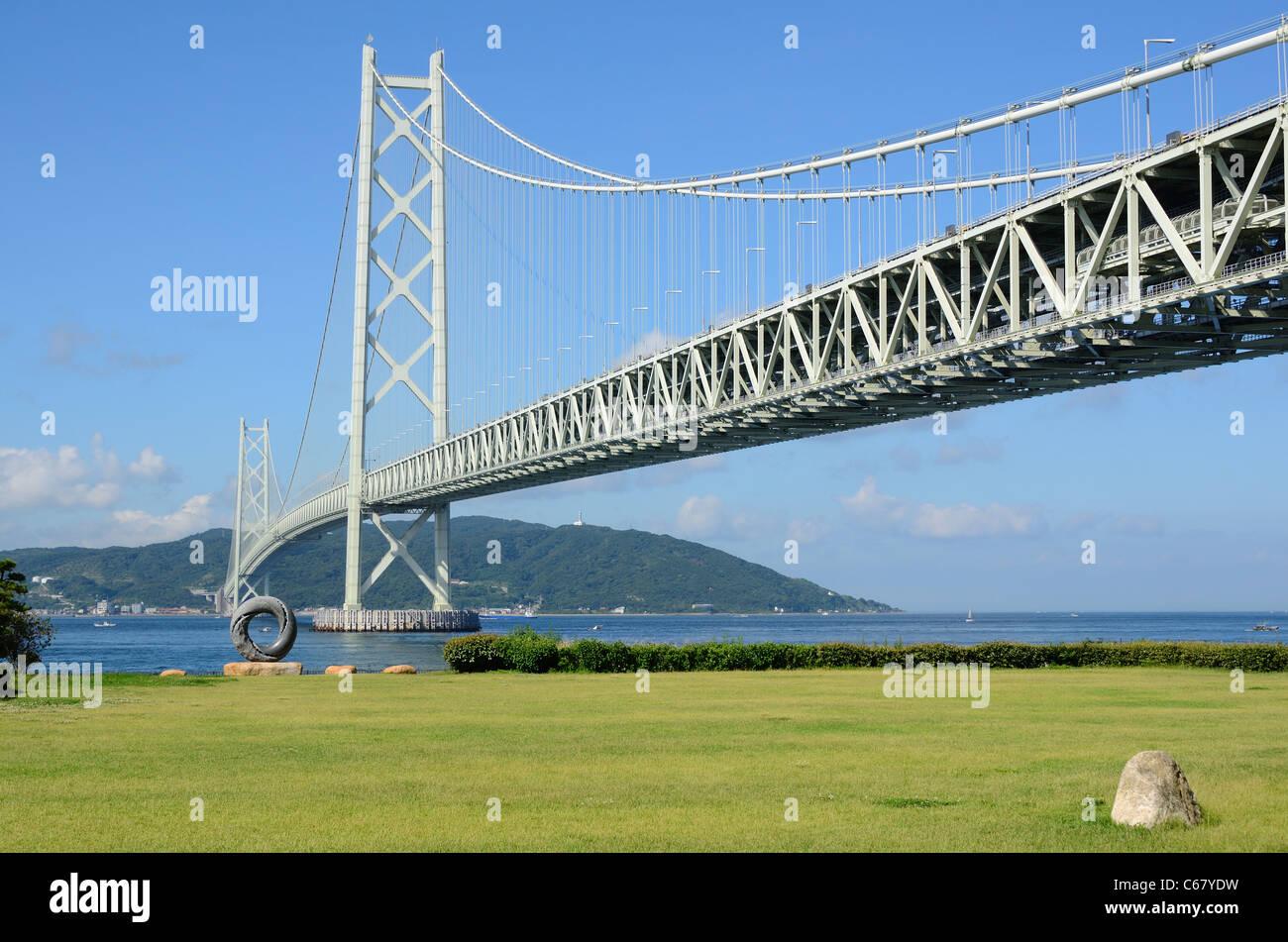 Akashi Kaikyo Bridge (Puente de la perla) en Kobe, Japón. Foto de stock