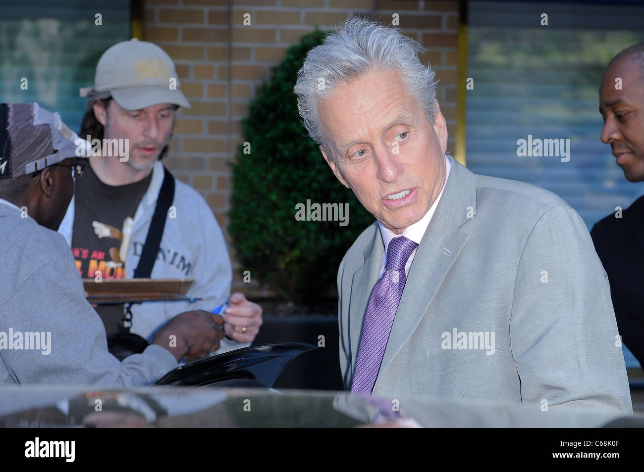 Michael Douglas, hojas Marea Restaurant y acerca del Celebrity CANDIDS - MON, , Nueva York, NY el 9 de mayo de 2011. Foto de stock