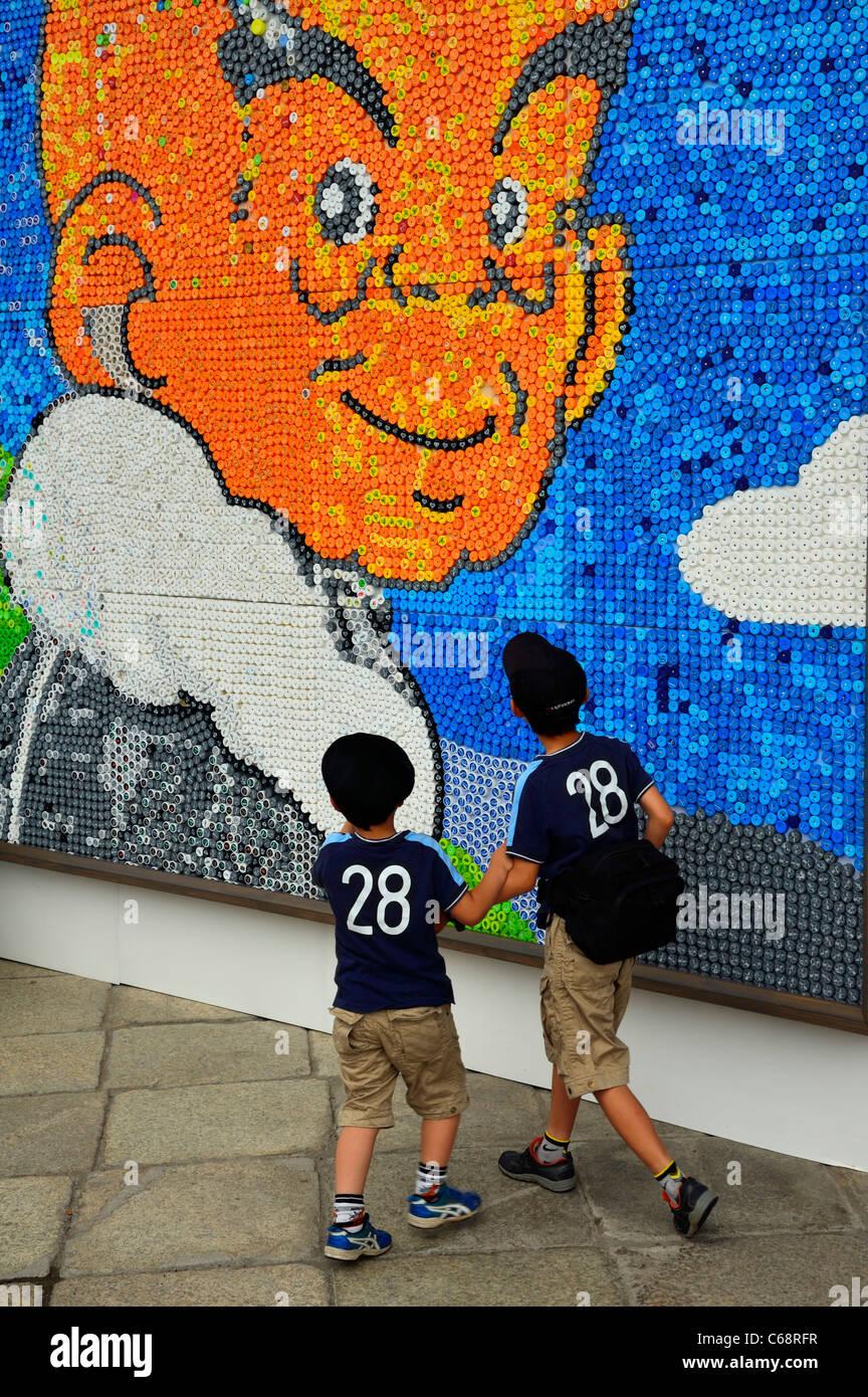 Dos Ninos Mirando Una Pintura Mural Mosaico Comite De Japon Para