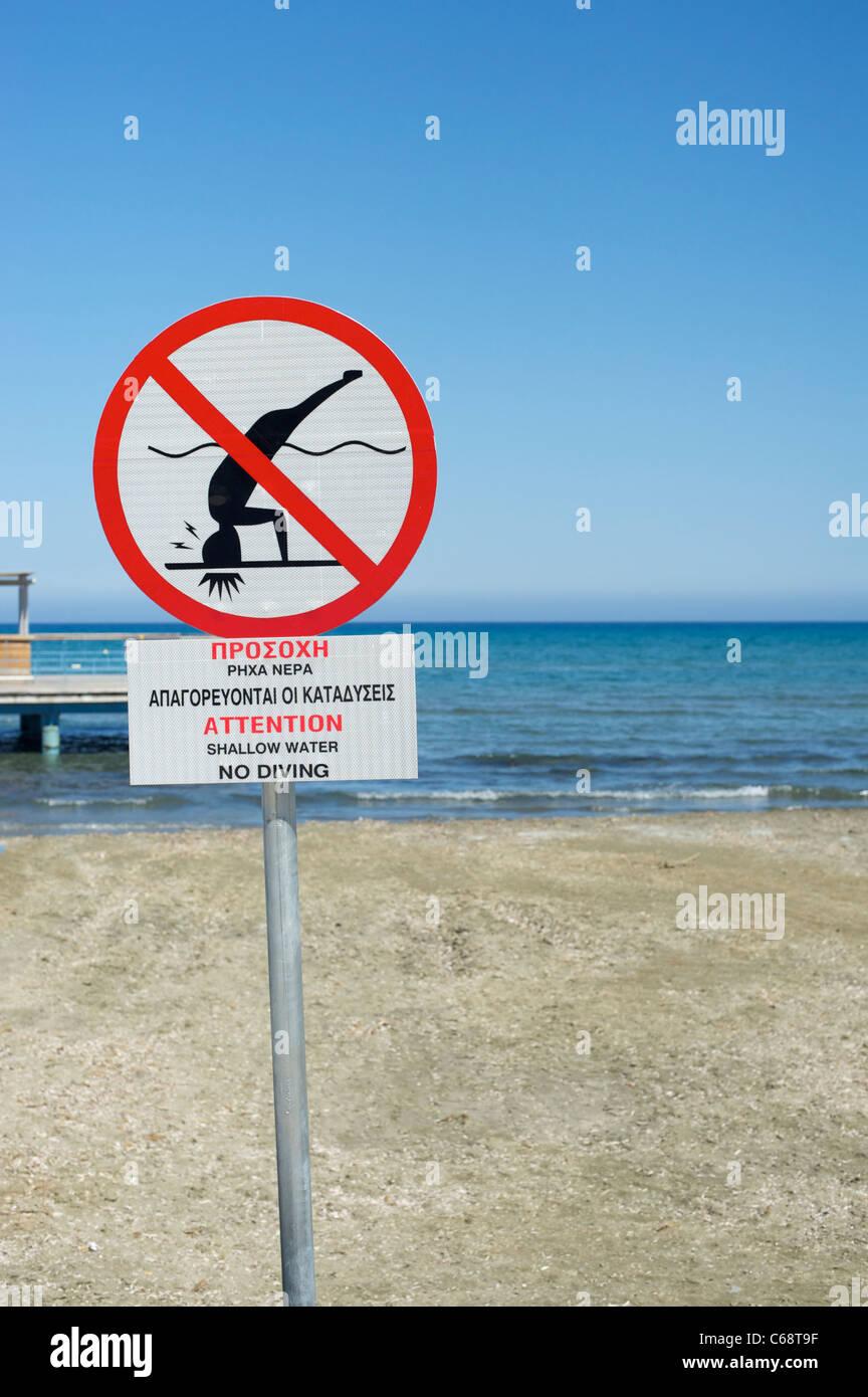 Signo de agua superficial en la playa de Larnaca, Chipre Foto de stock