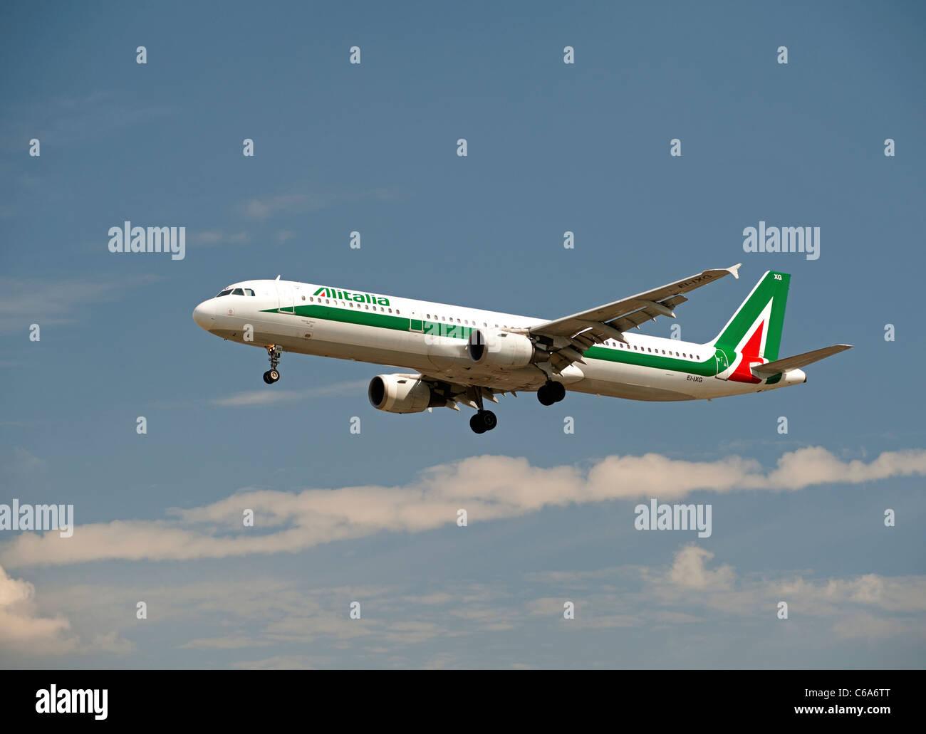 """Alitalia una Plaza dei Miracoil321-112 """"Pisa"""" llegando al aeropuerto de Heathrow. Ocs 7571 Foto de stock"""