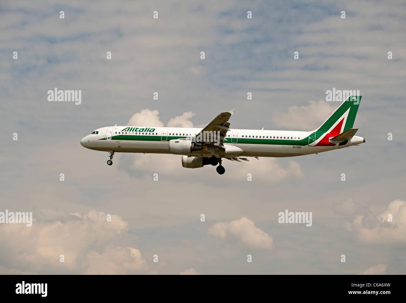 """Alitalia una Plaza dei Miracoil321-112 """"Pisa"""" llegando al aeropuerto de Heathrow. Ocs 7572 Foto de stock"""