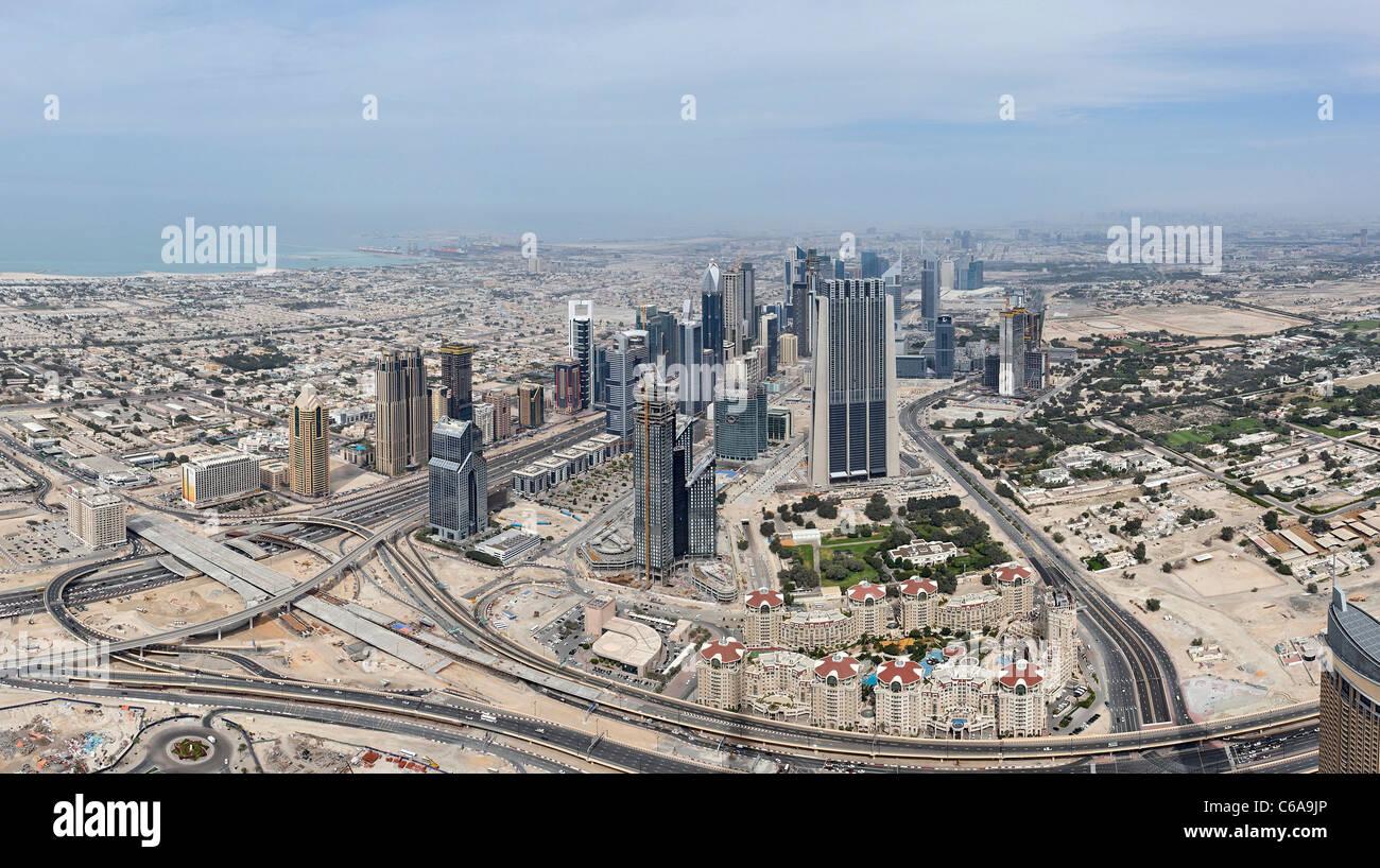 Vistas de Dubai Sheik Zayed Road, desde la plataforma de observación más alta del mundo, EN LA PARTE SUPERIOR, Burj Foto de stock