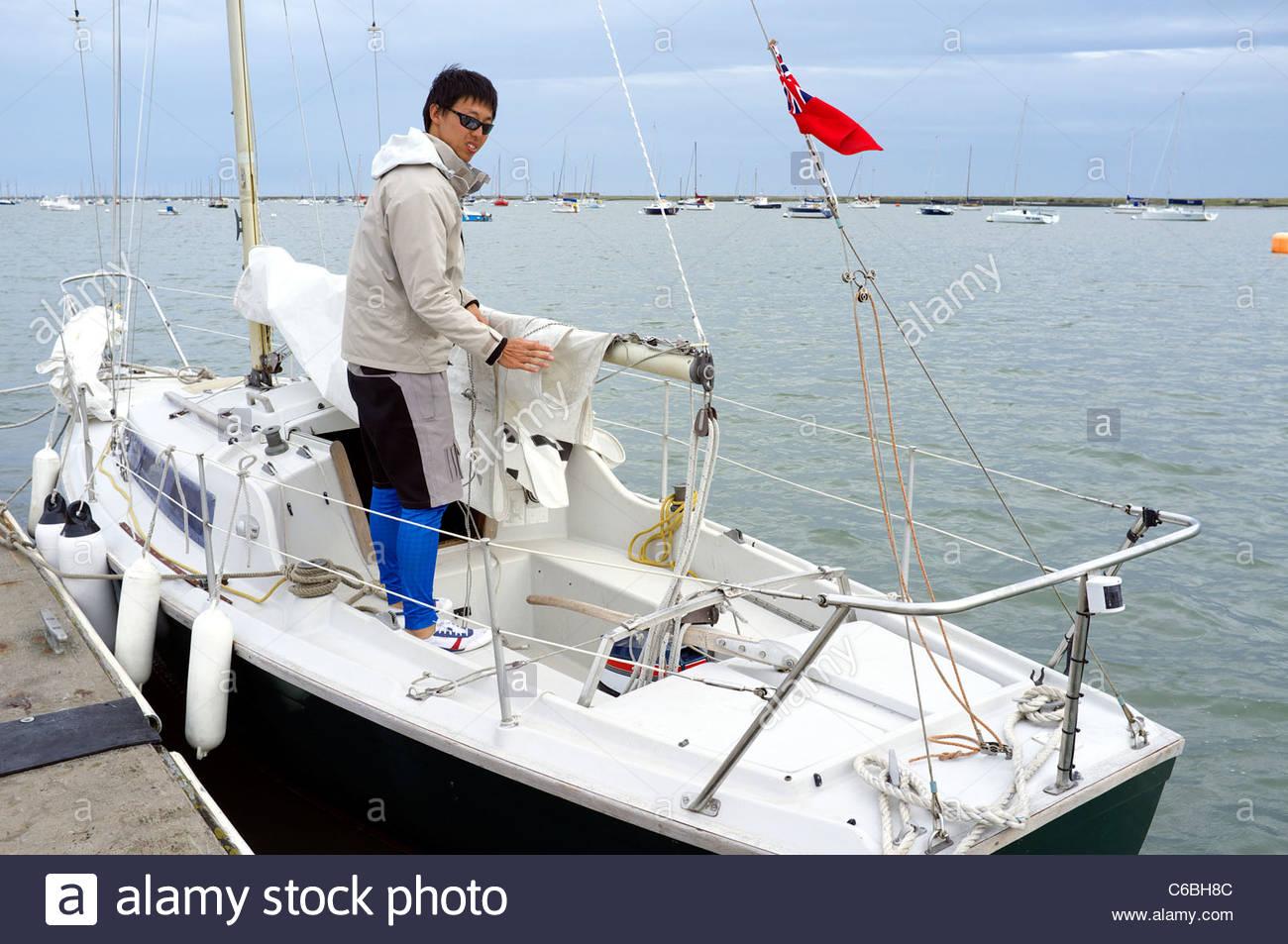 Un capitán de yate en su barco en Burnham-on-Crouch, Essex, Reino Unido. Imagen De Stock