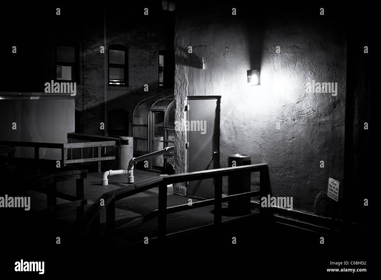 Imagen En Blanco Y Negro Oscuro De Un Edificio Terraza Por