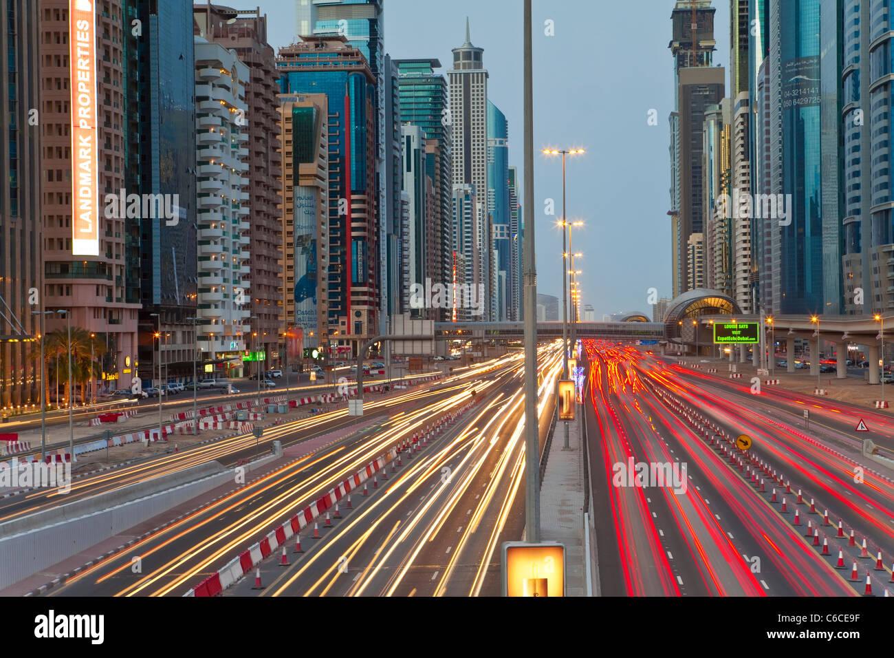 Los Emiratos Árabes Unidos, Dubai, Sheikh Zayed Road, el tráfico y los nuevos edificios en altura a lo largo de Foto de stock
