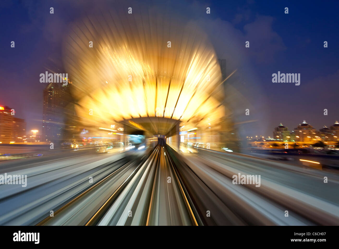 Inaugurado en 2010, el Metro de Dubai, MRT, en movimiento acercándose a una estación, Dubai, Emiratos Árabes Unidos. Foto de stock