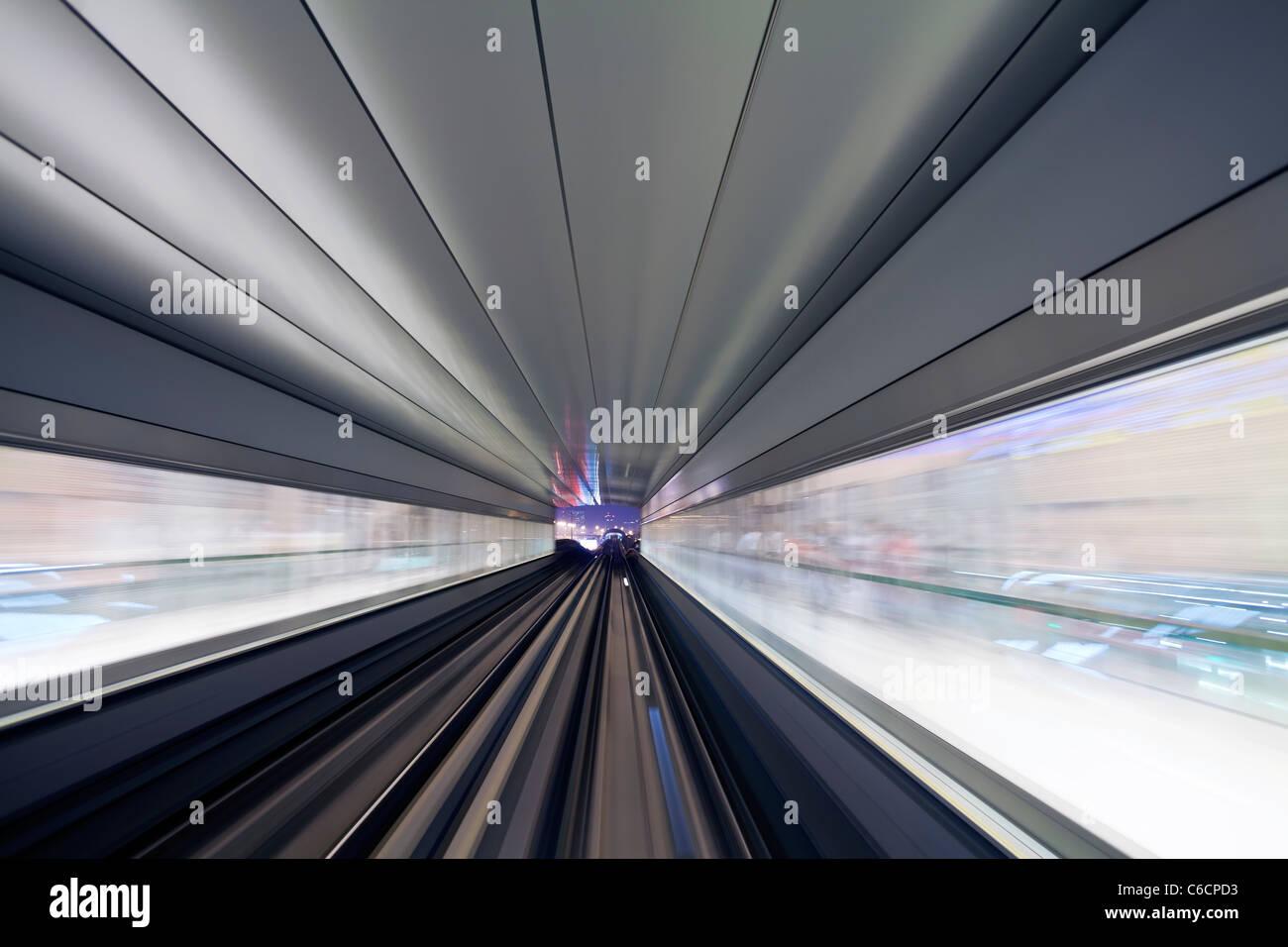 Inaugurado en 2010, el Metro de Dubai, MRT, en movimiento acercándose a una estación, Dubai, Emiratos Imagen De Stock