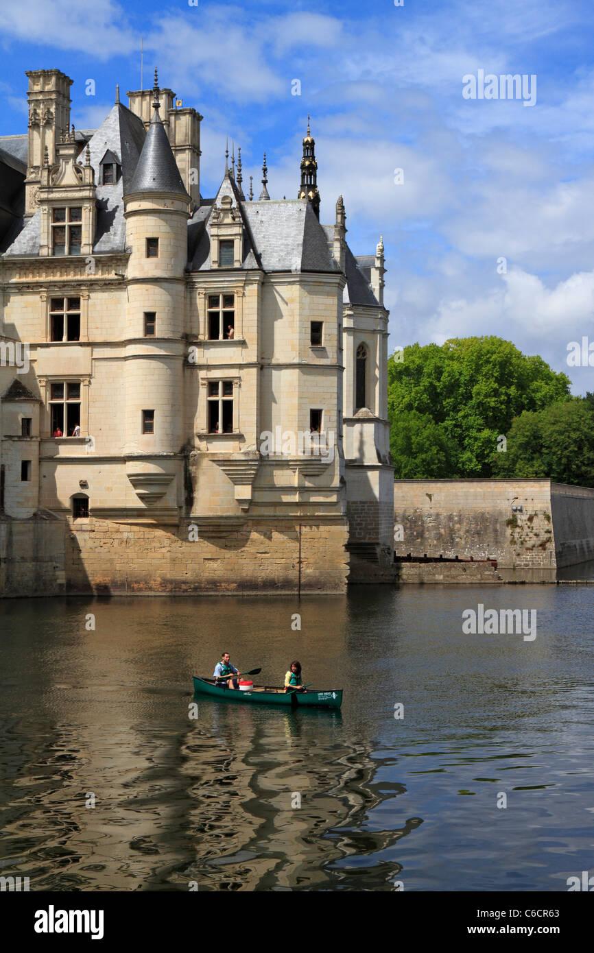 Dos personas en una canoa por la torreada Pavilion, el Château de Chenonceau en el Valle del Loira, Francia, Imagen De Stock