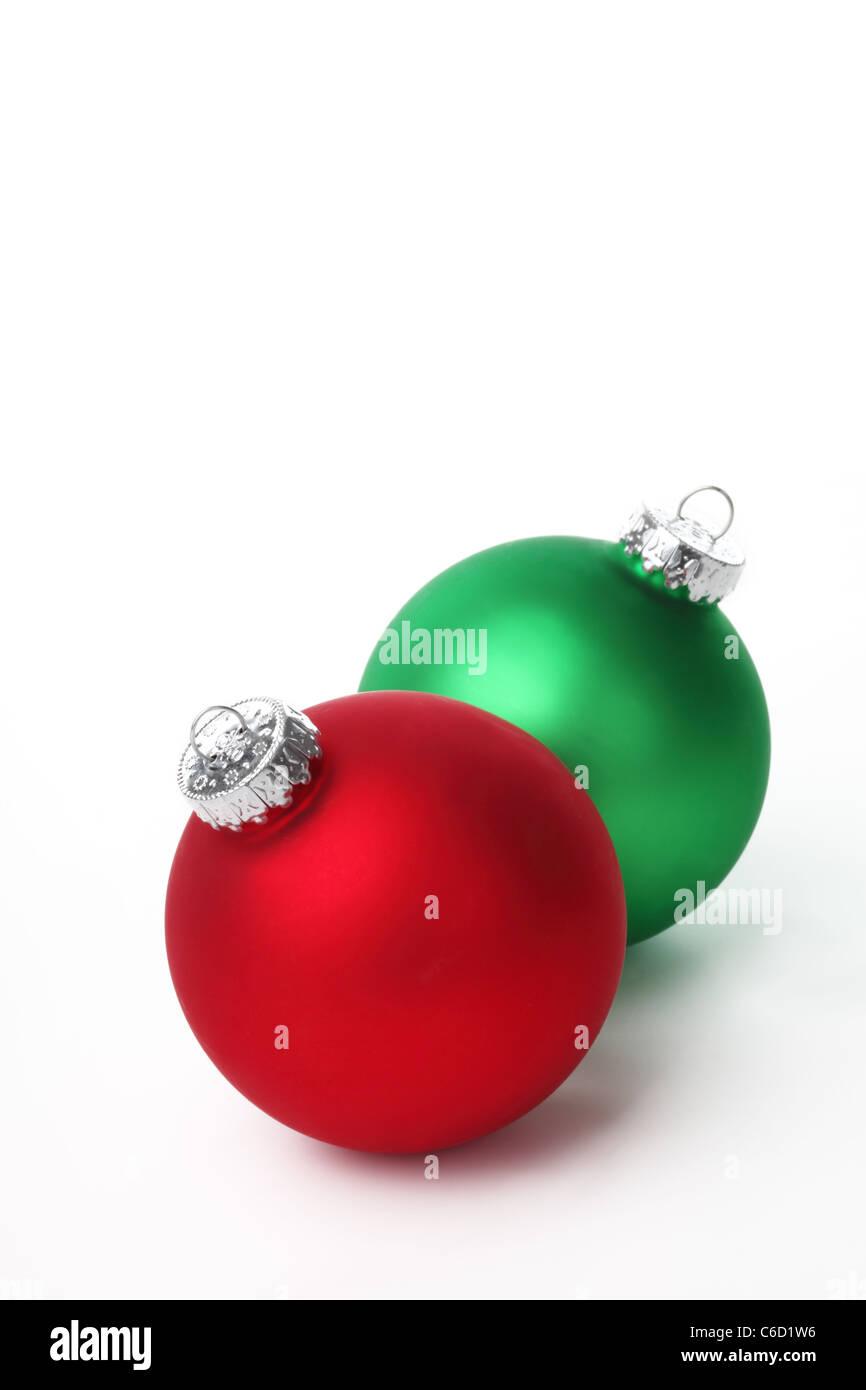 83adf587bbdc7 Bolas de navidad rojas y verdes sobre fondo blanco Foto   Imagen De ...