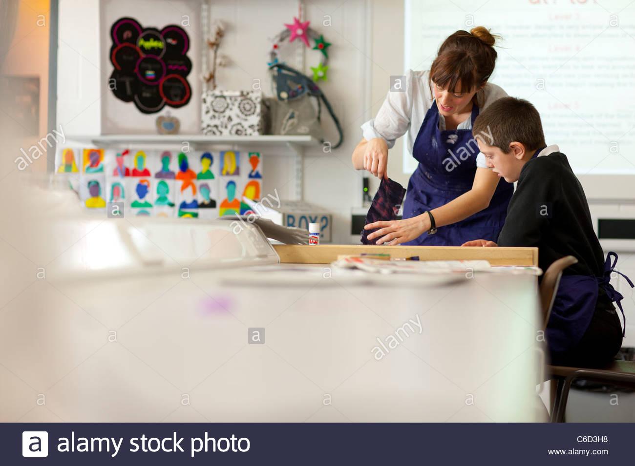 El profesor y el alumno en la escuela taller Imagen De Stock