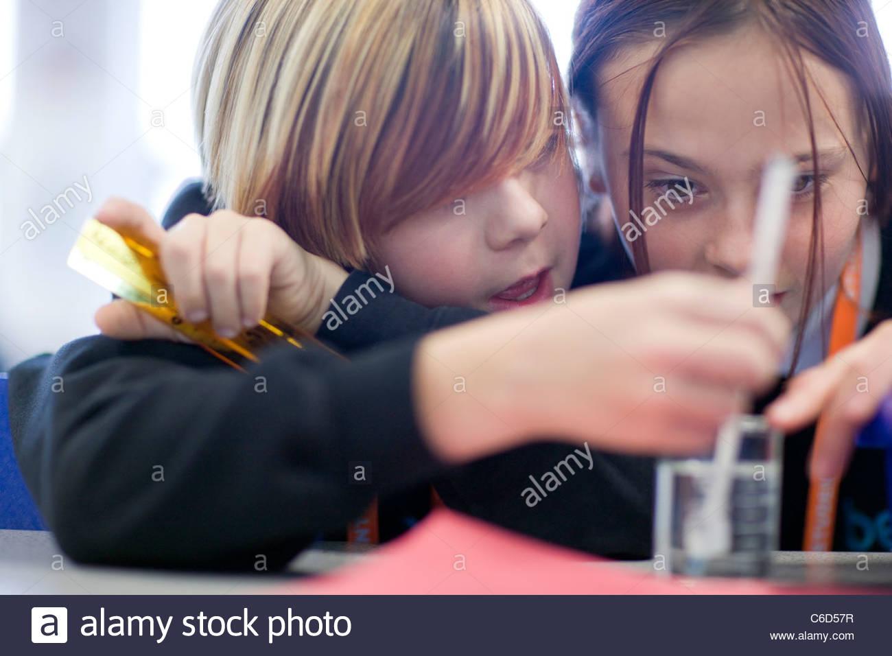 Cerca de chicas haciendo ciencia experimento en aula de laboratorio Imagen De Stock