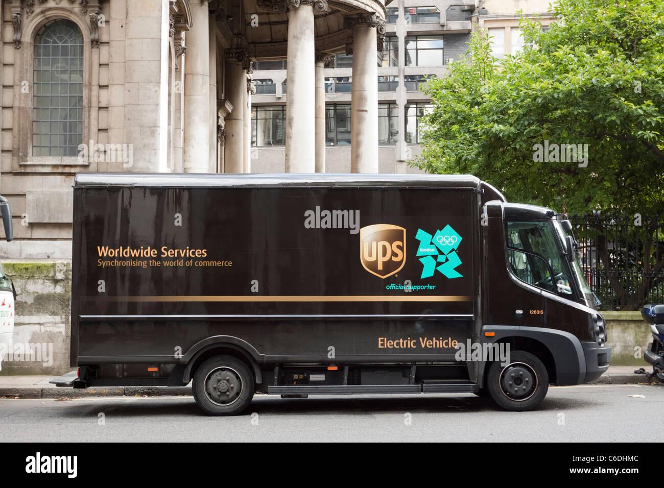 Camión de paquetería UPS, vehículo eléctrico, Londres, Inglaterra, Reino Unido. Imagen De Stock